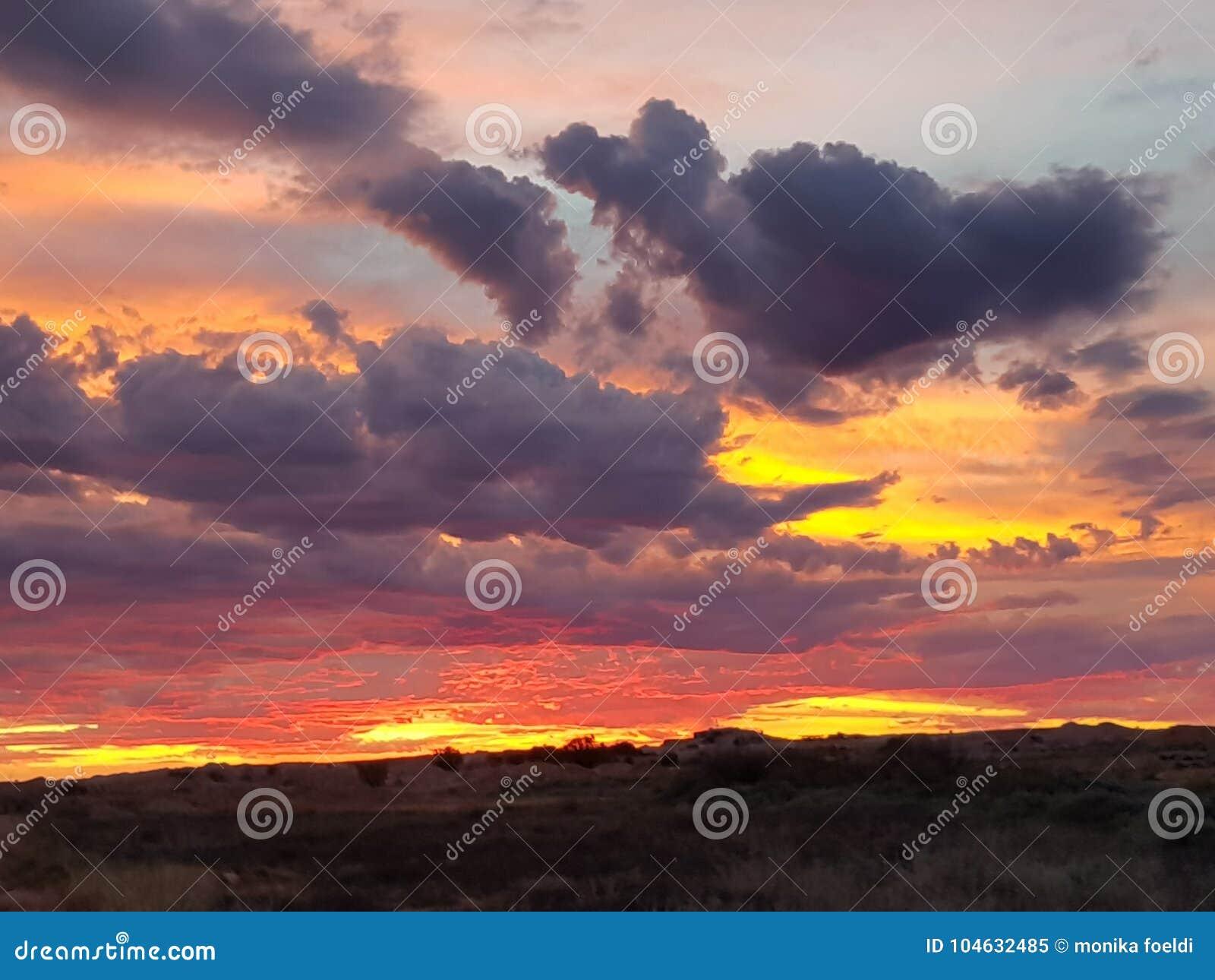 Download Coober Pedy Zon Geplaatst Zuid-Australië Stock Afbeelding - Afbeelding bestaande uit wolk, zuiden: 104632485