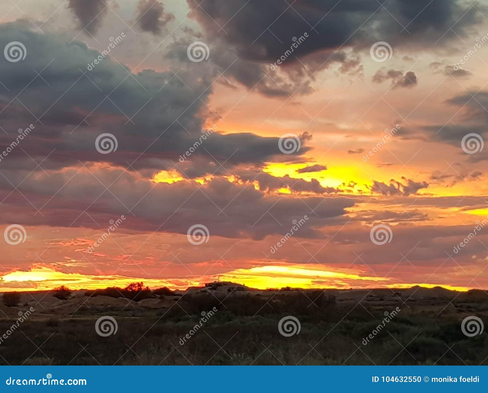 Download Coober Pedy Zon Geplaatst Zuid-Australië Stock Foto - Afbeelding bestaande uit heuvel, zonsopgang: 104632550