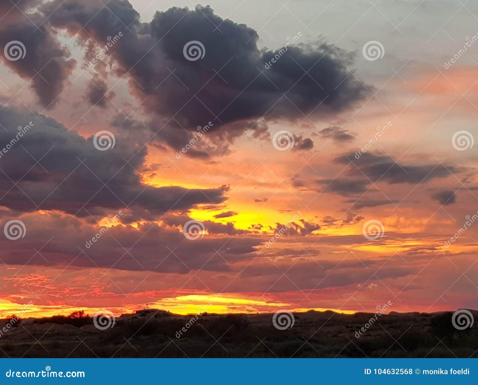 Download Coober Pedy Zon Geplaatst Zuid-Australië Stock Foto - Afbeelding bestaande uit nagloeiing, wolk: 104632568