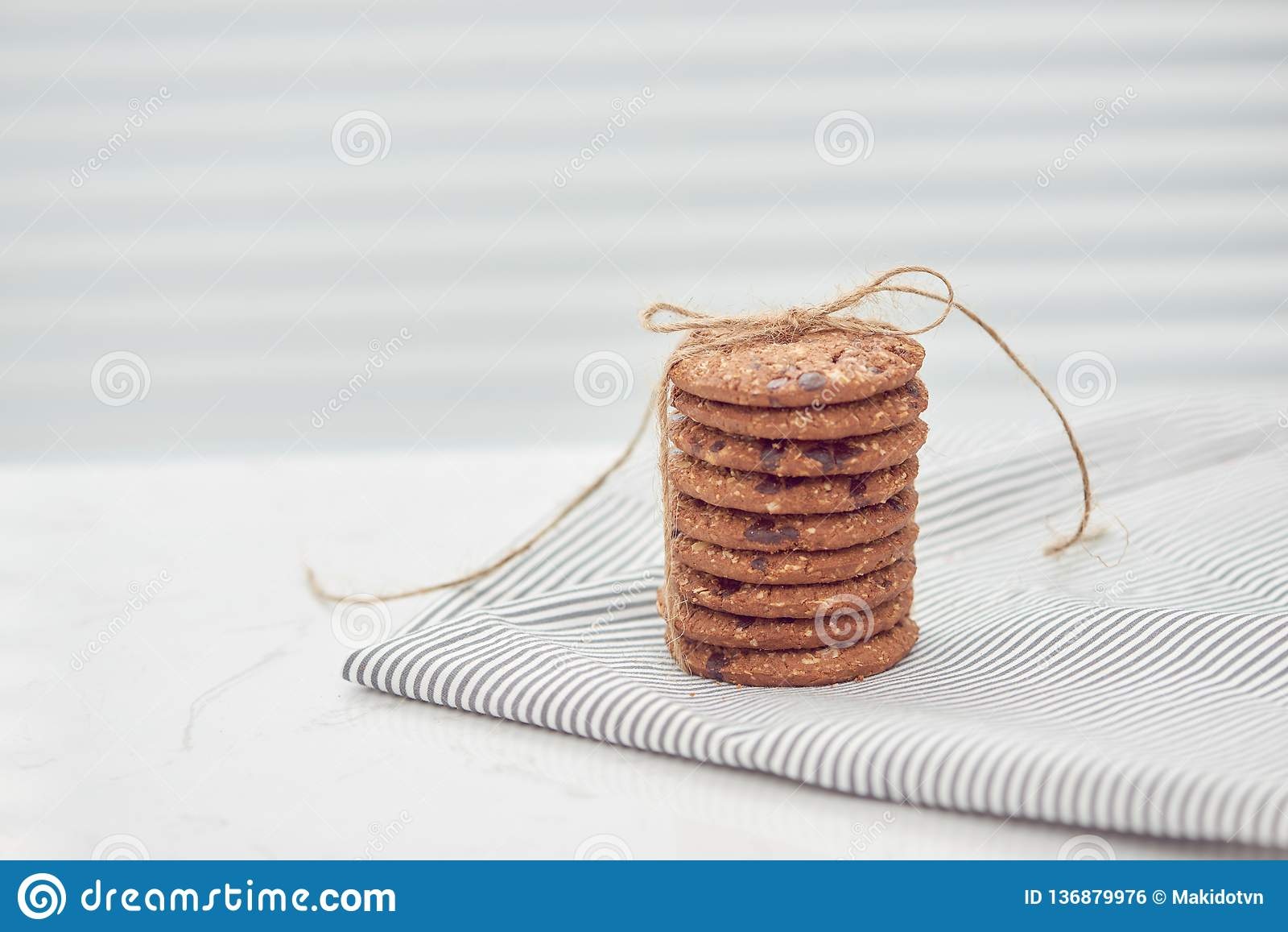A cookie é pilha e amarrado com guita Cookies deliciosas no fundo do guardanapo Bolo caseiro A cookie da porca