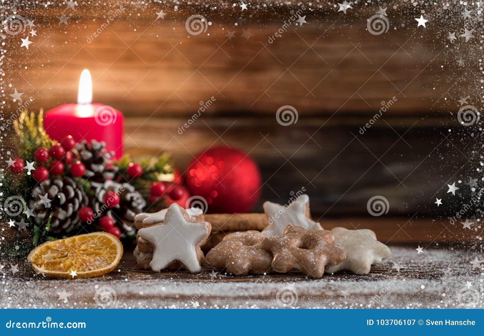 Cookies alemãs do Natal no fundo de madeira