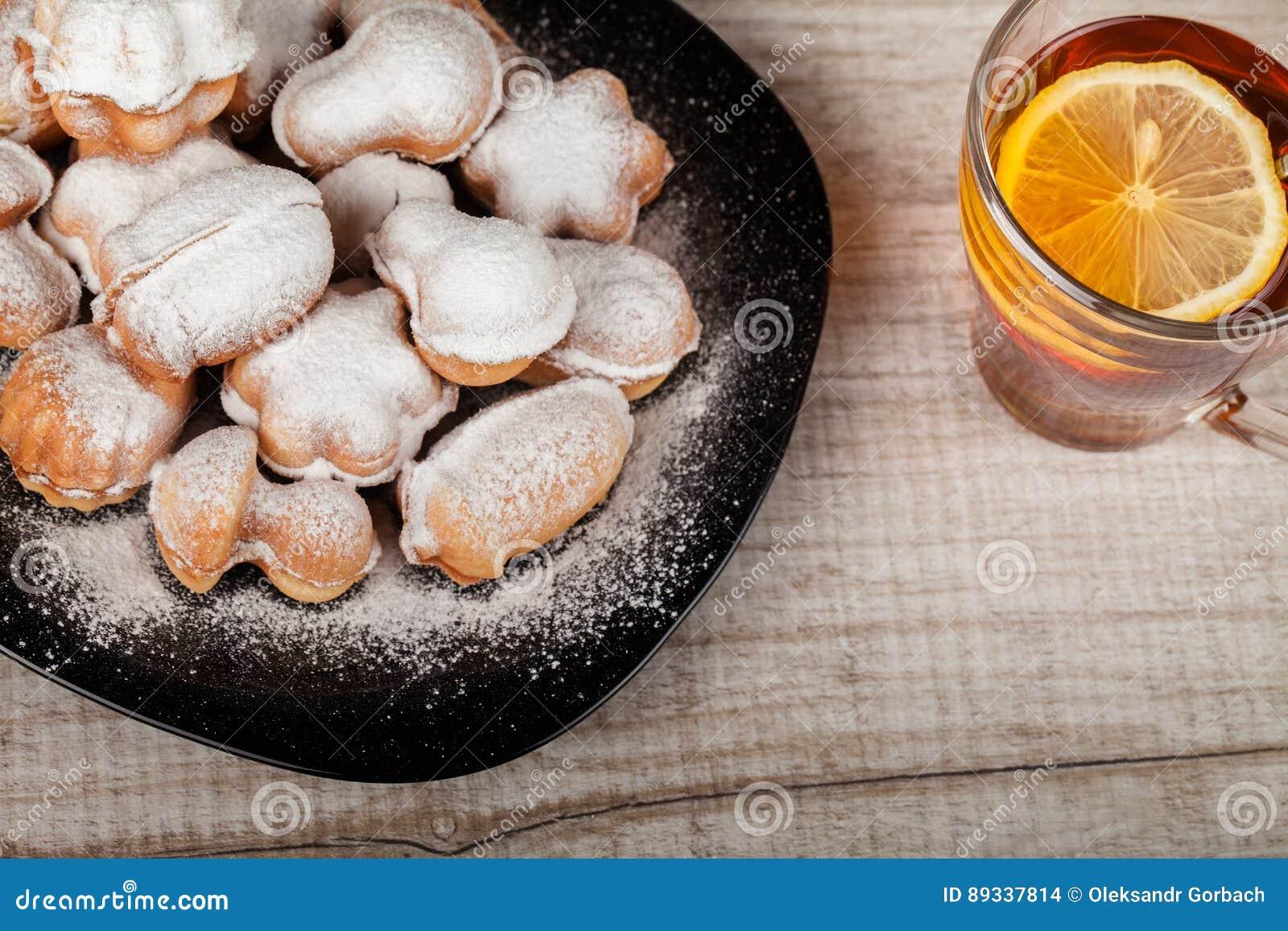 Cookies caseiros com o leite condensado enchido com porcas