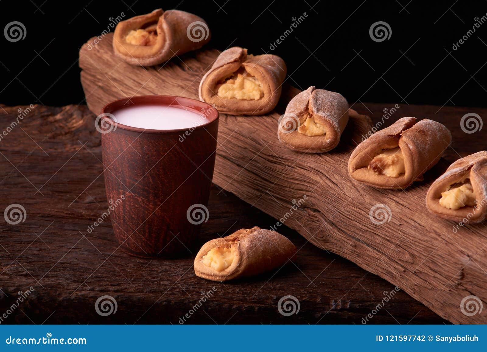 Cookies caseiros do requeijão e leite frio no vidro Close-up Foco seletivo