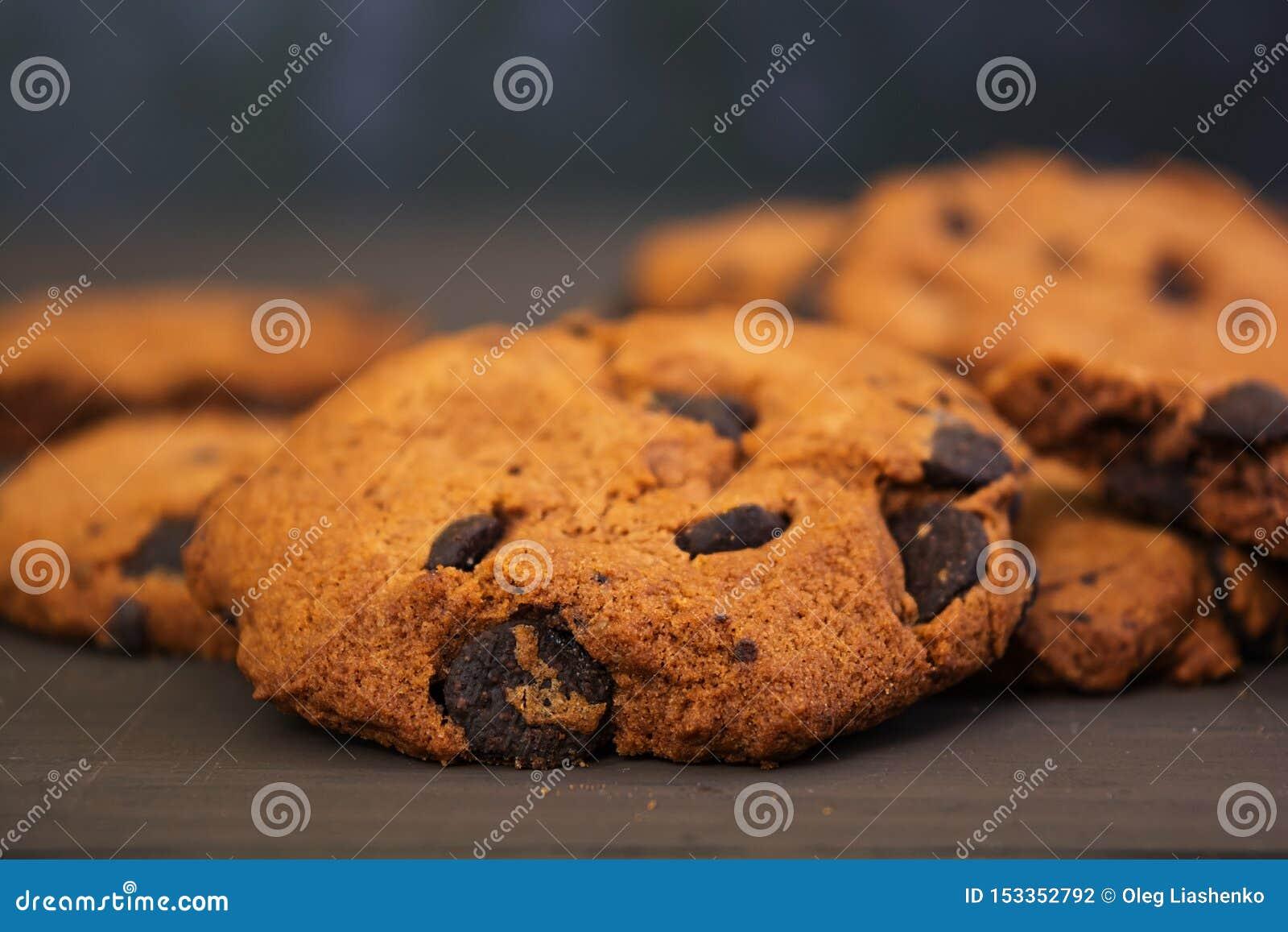 Cookies com chocolate no fundo de madeira escuro