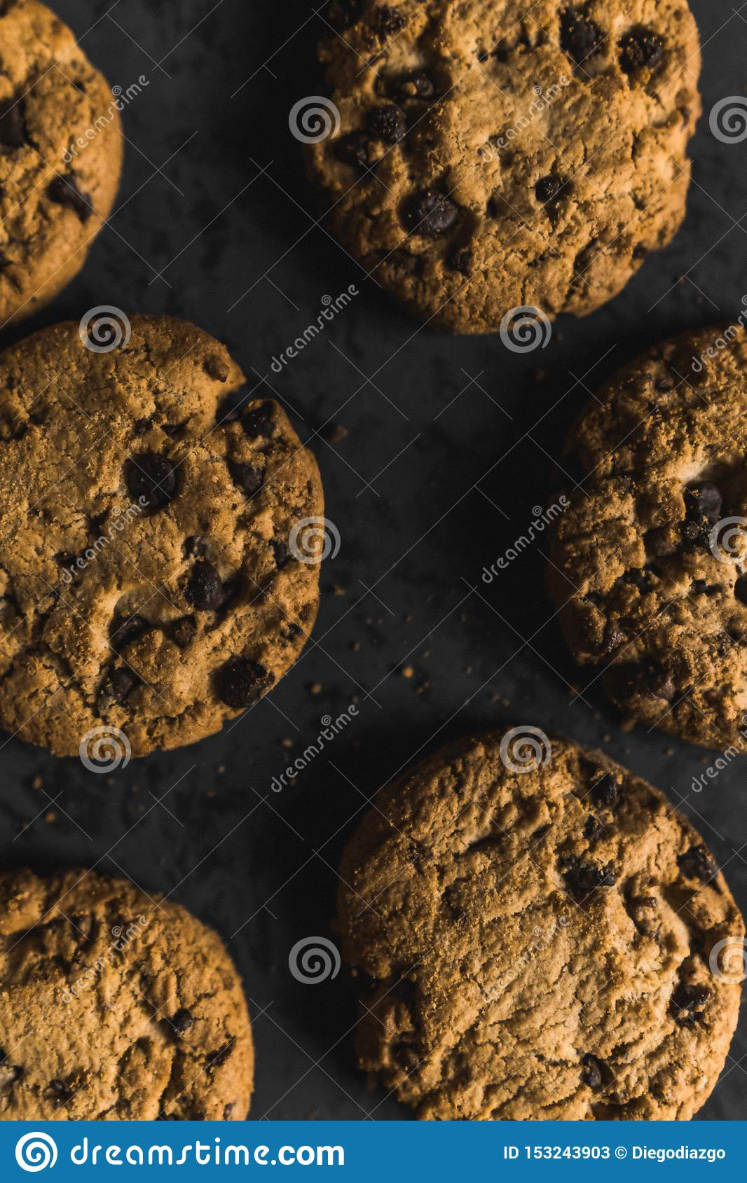 Cookies com navios do chocolate em um fundo escuro