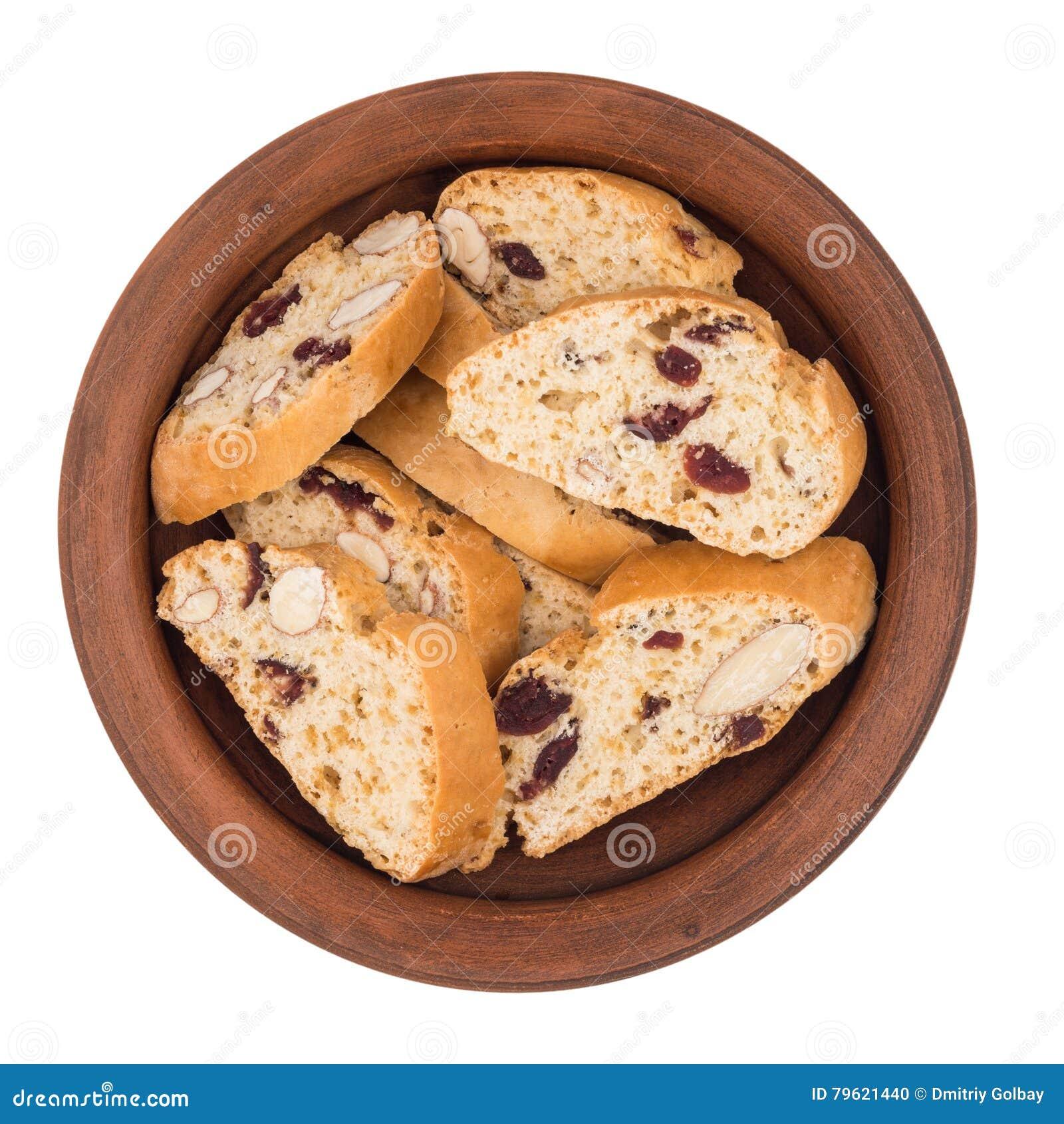Cookies com passas em uma placa cerâmica Isolado no backg branco