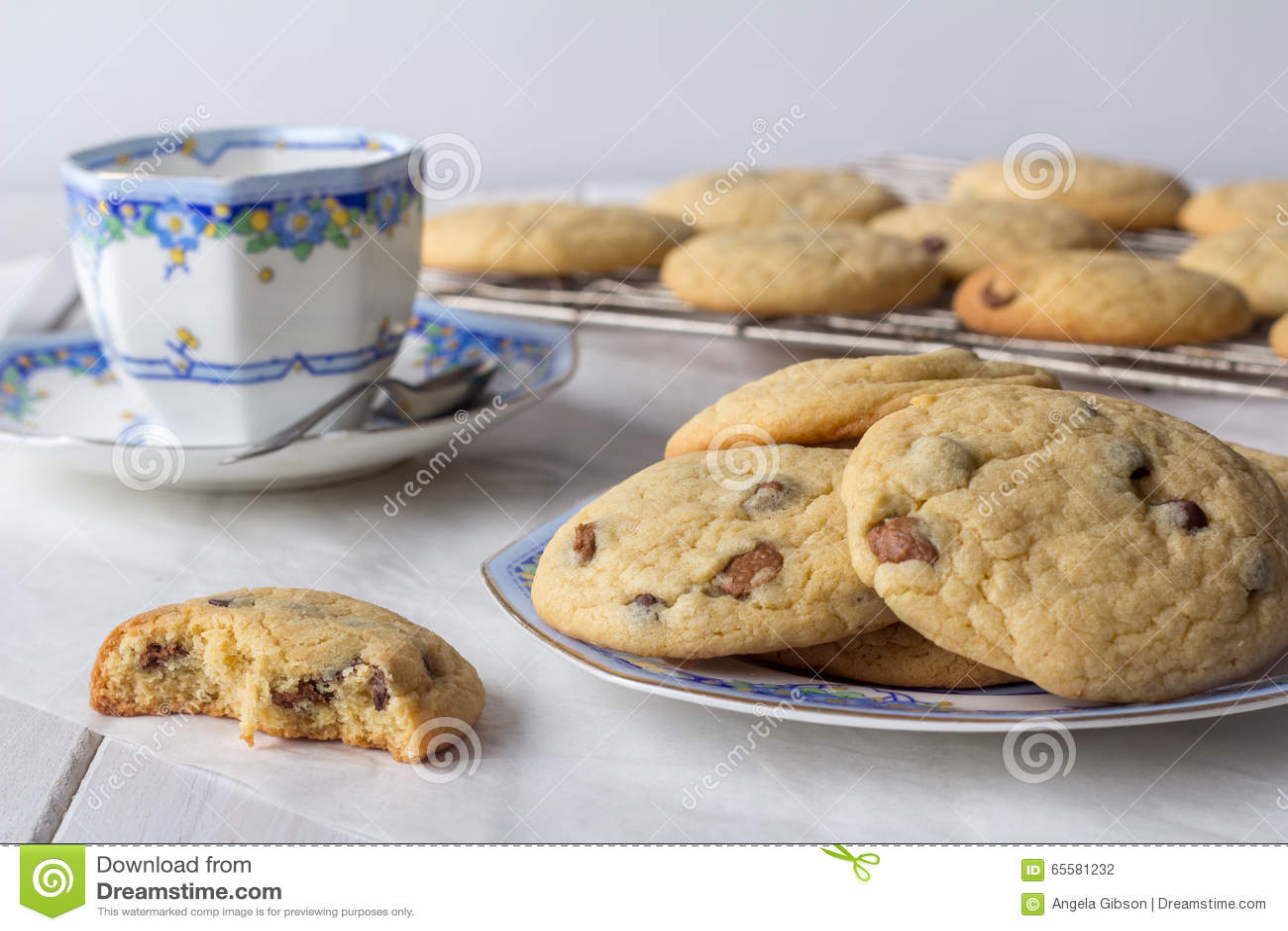 Cookies cozidas frescas com chá