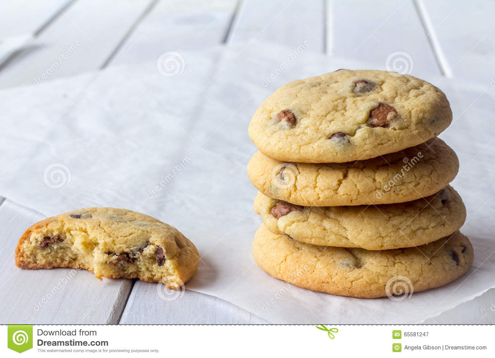 Cookies da pilha com uma comidas em parte com espaço da cópia