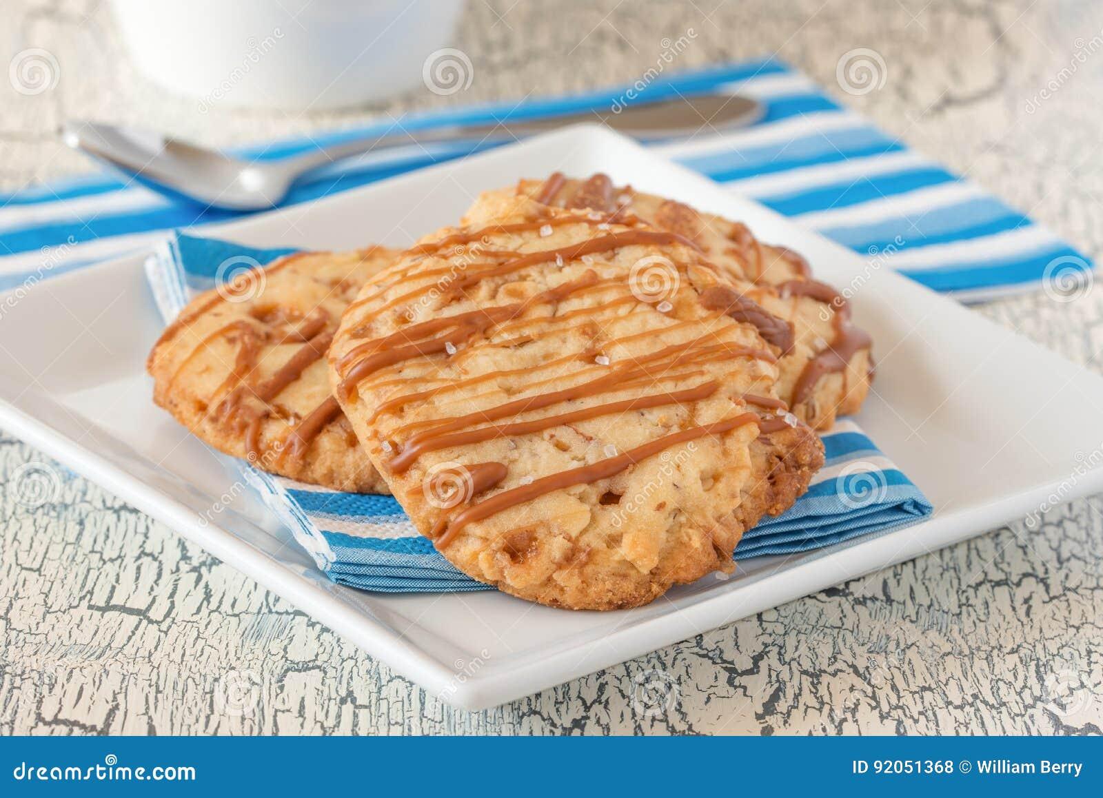 Cookies de biscoito amanteigado salgadas do caramelo