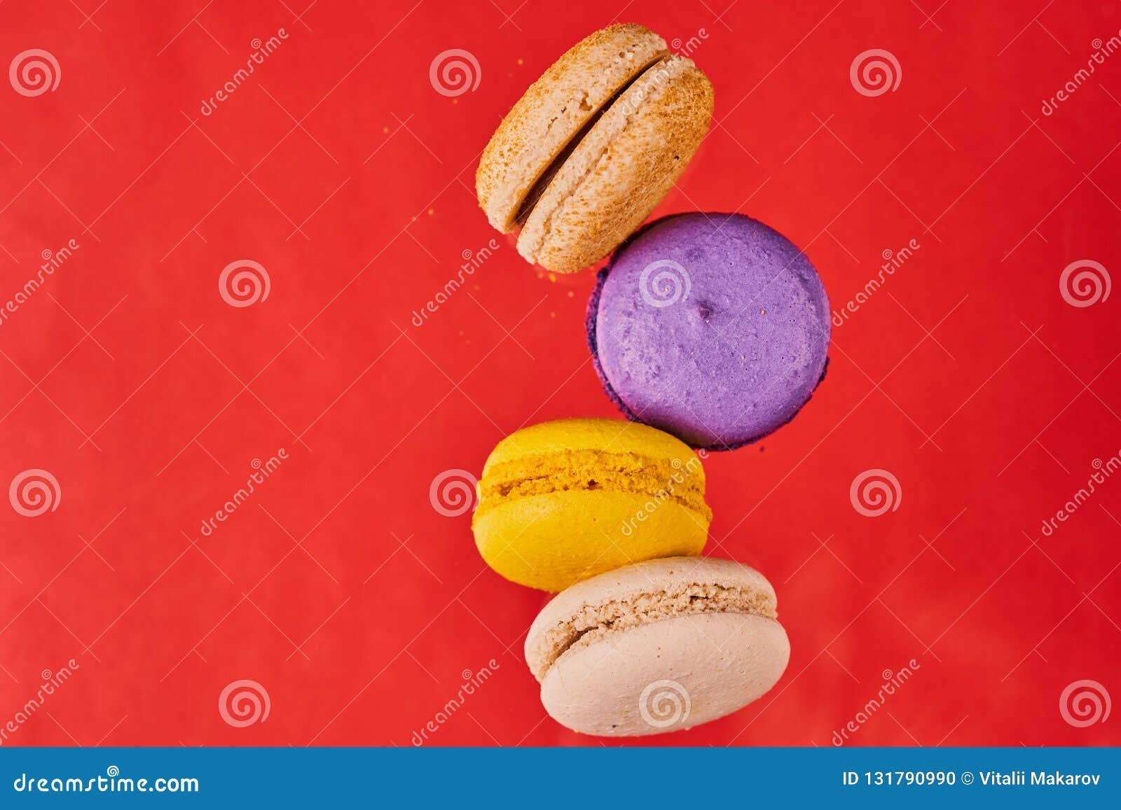 Cookies do bolo ou de amêndoa do macarrão no fundo vermelho vista em voo