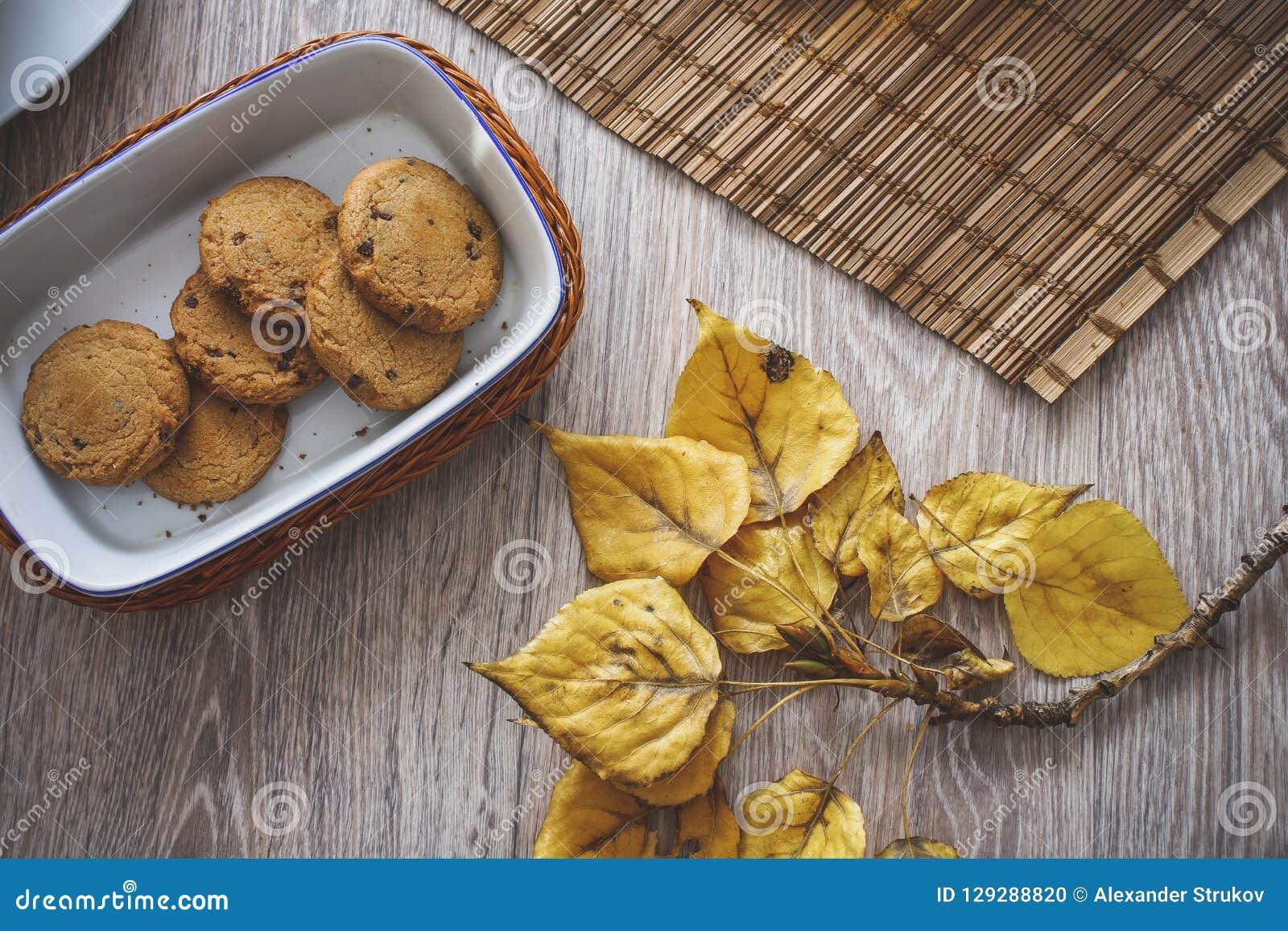Cookies do chocolate em uma cesta