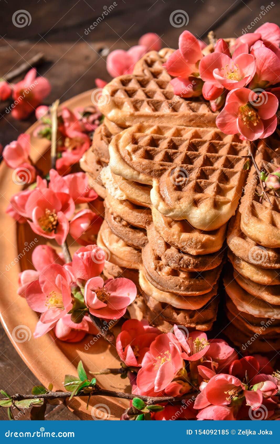 Cookies do waffle arranjadas no formulário do bolo