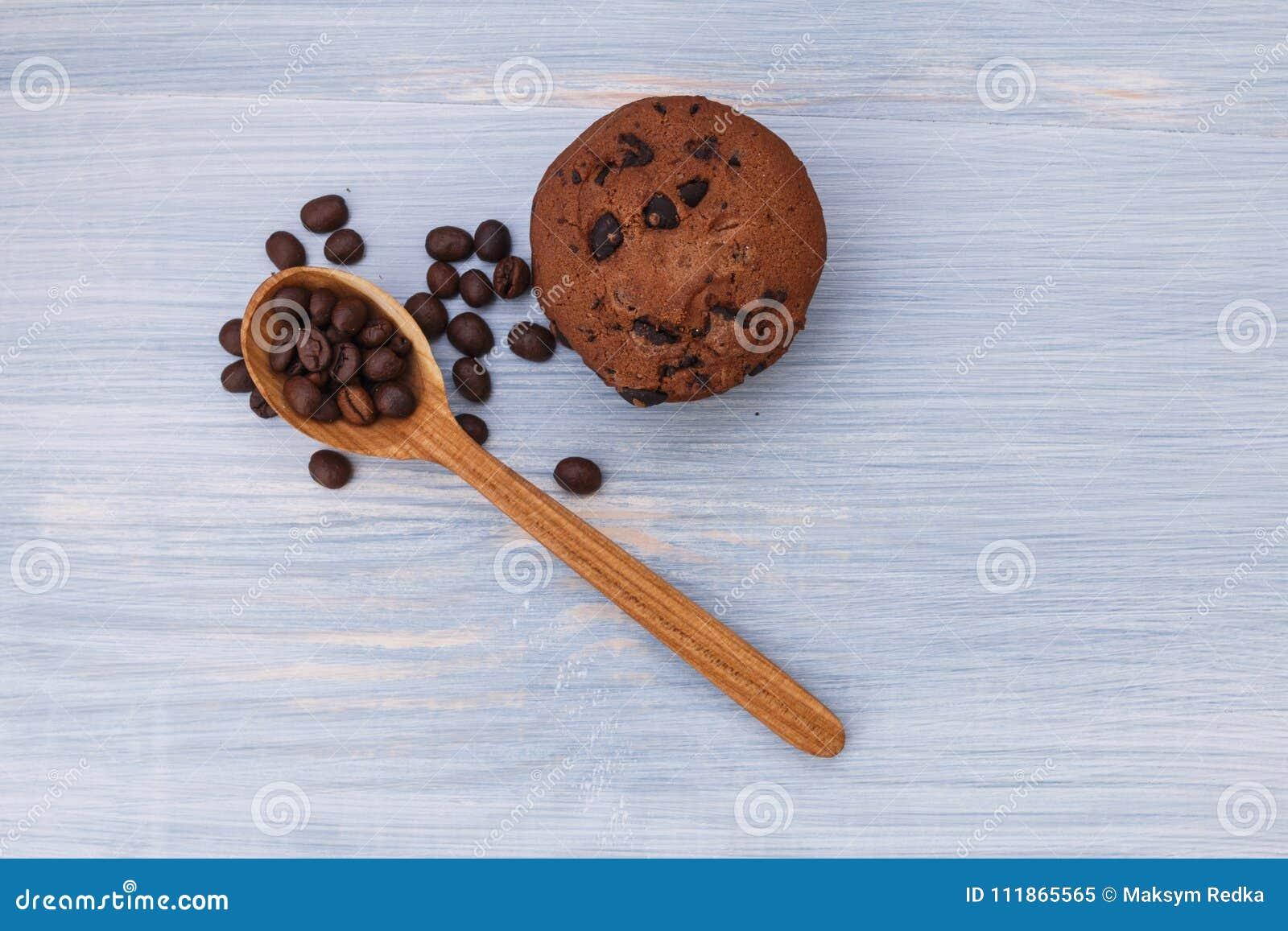 Cookies doces com chocolate no fundo azul