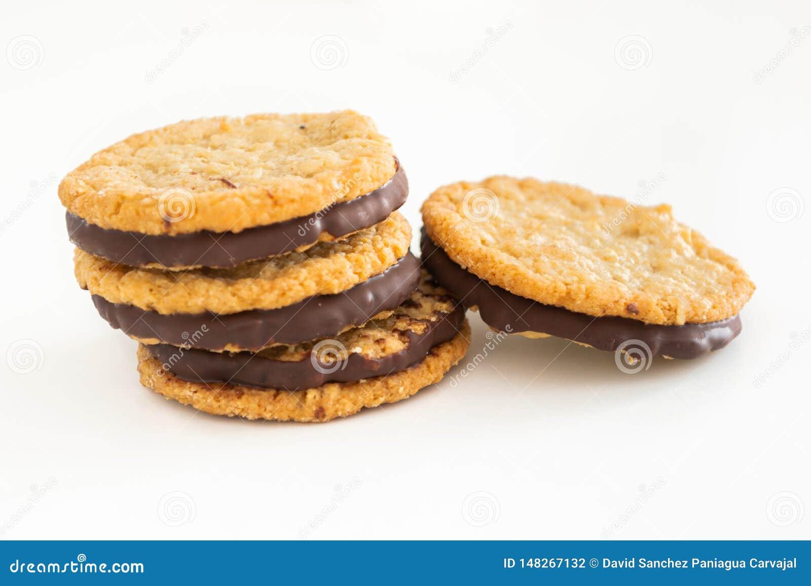 Cookies e chocolate de farinha de aveia no fundo branco