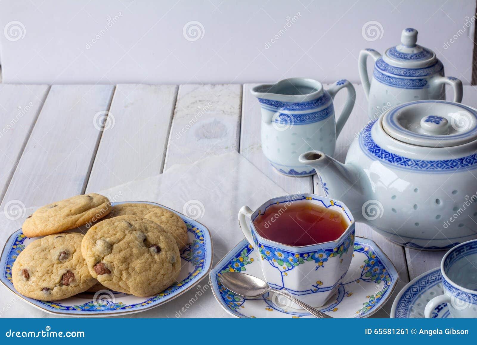 Cookies e grupo de chá cozidos frescos com o espaço da cópia horizontal