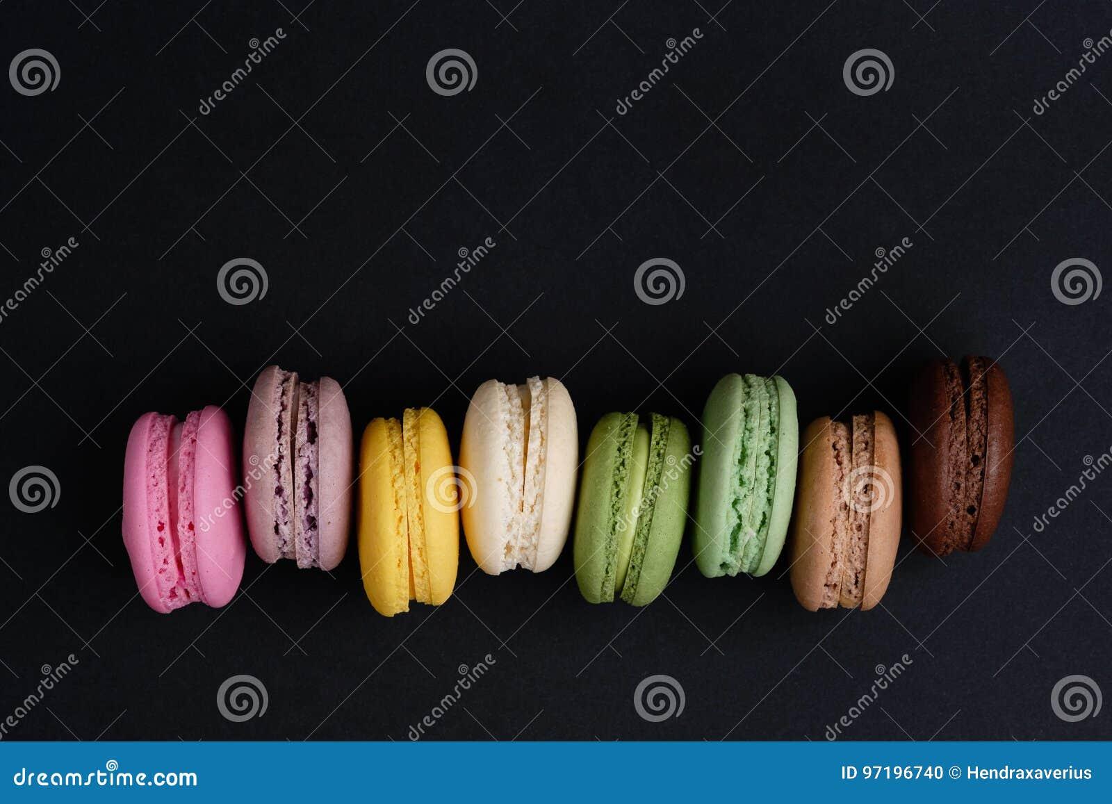 Cookies francesas do bolinho de amêndoa no fundo isolado preto