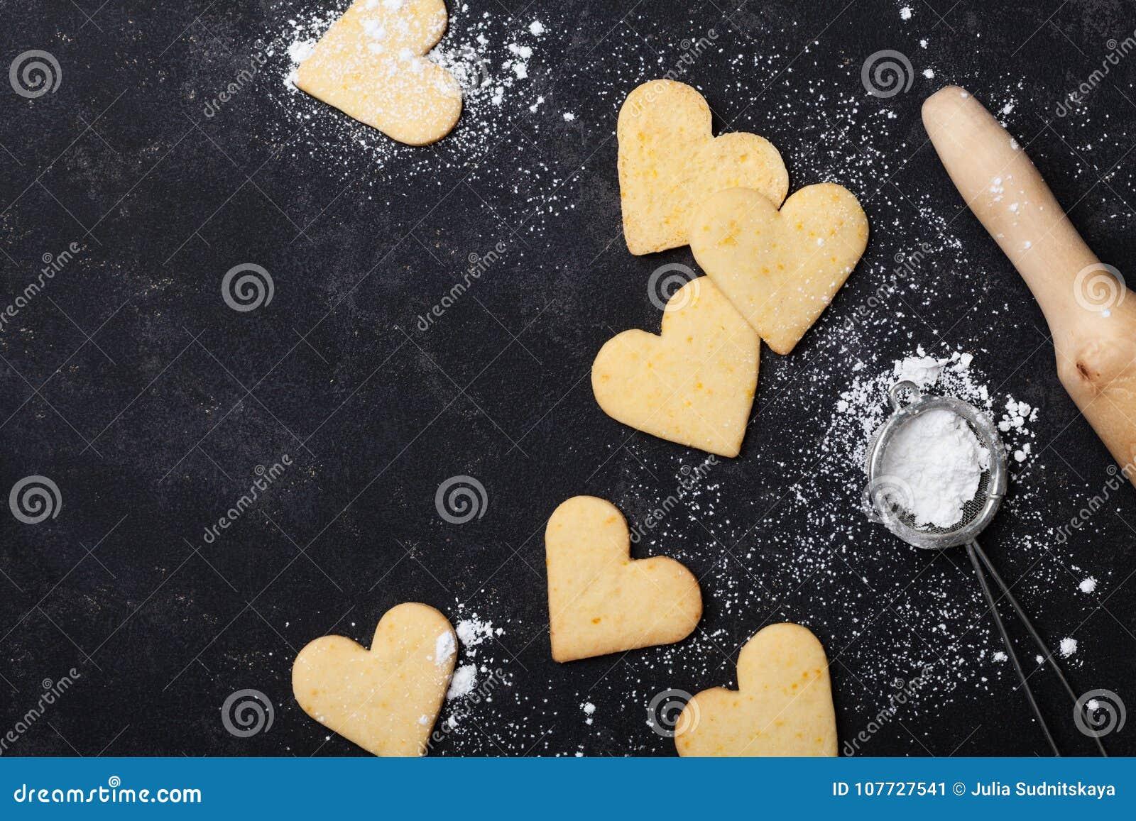 Cookies na forma do coração para o dia de Valentim Cozimento doce Vista superior