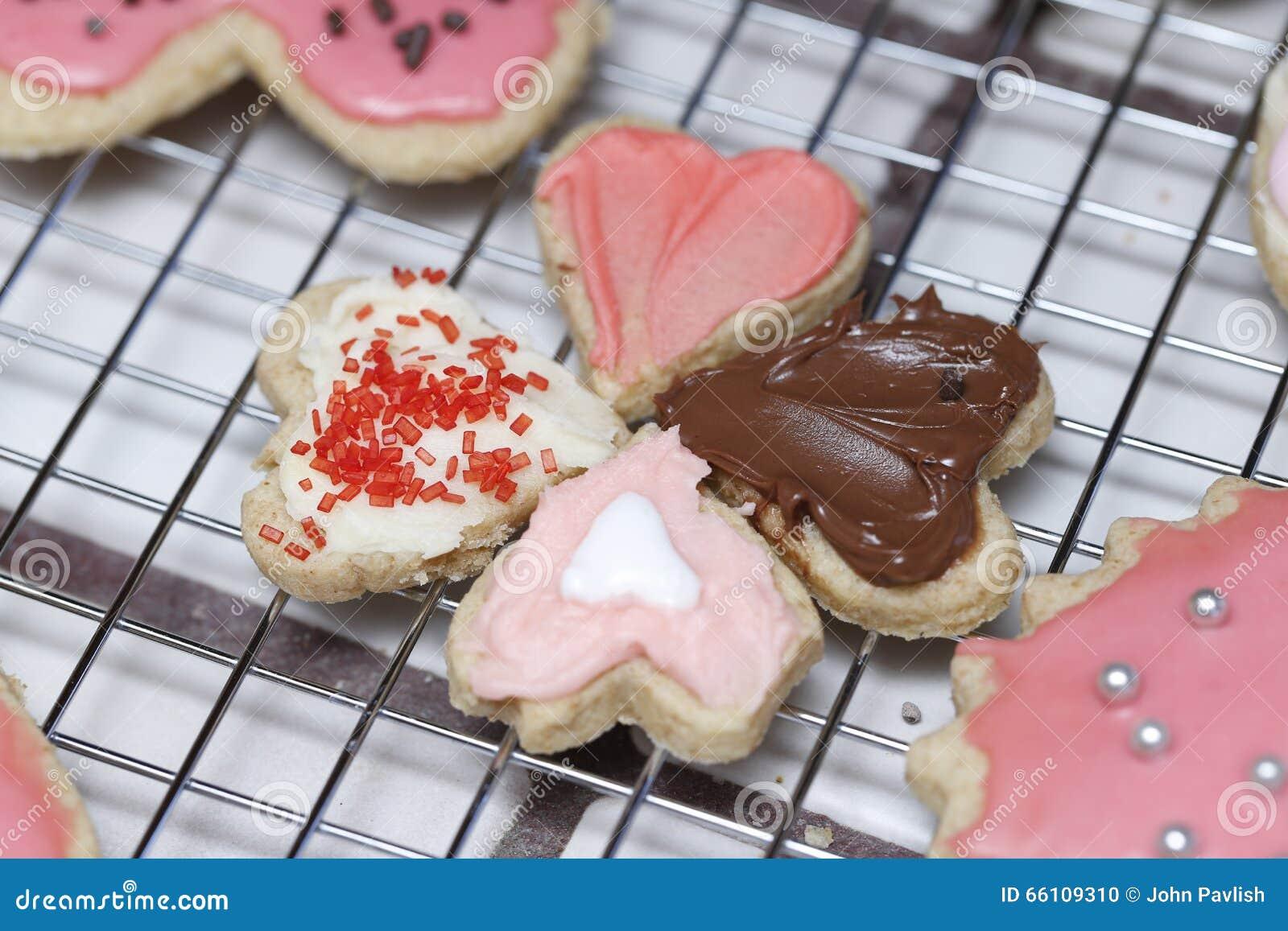 Cookies pequenas do coração do Valentim que apontam em se em um coolin
