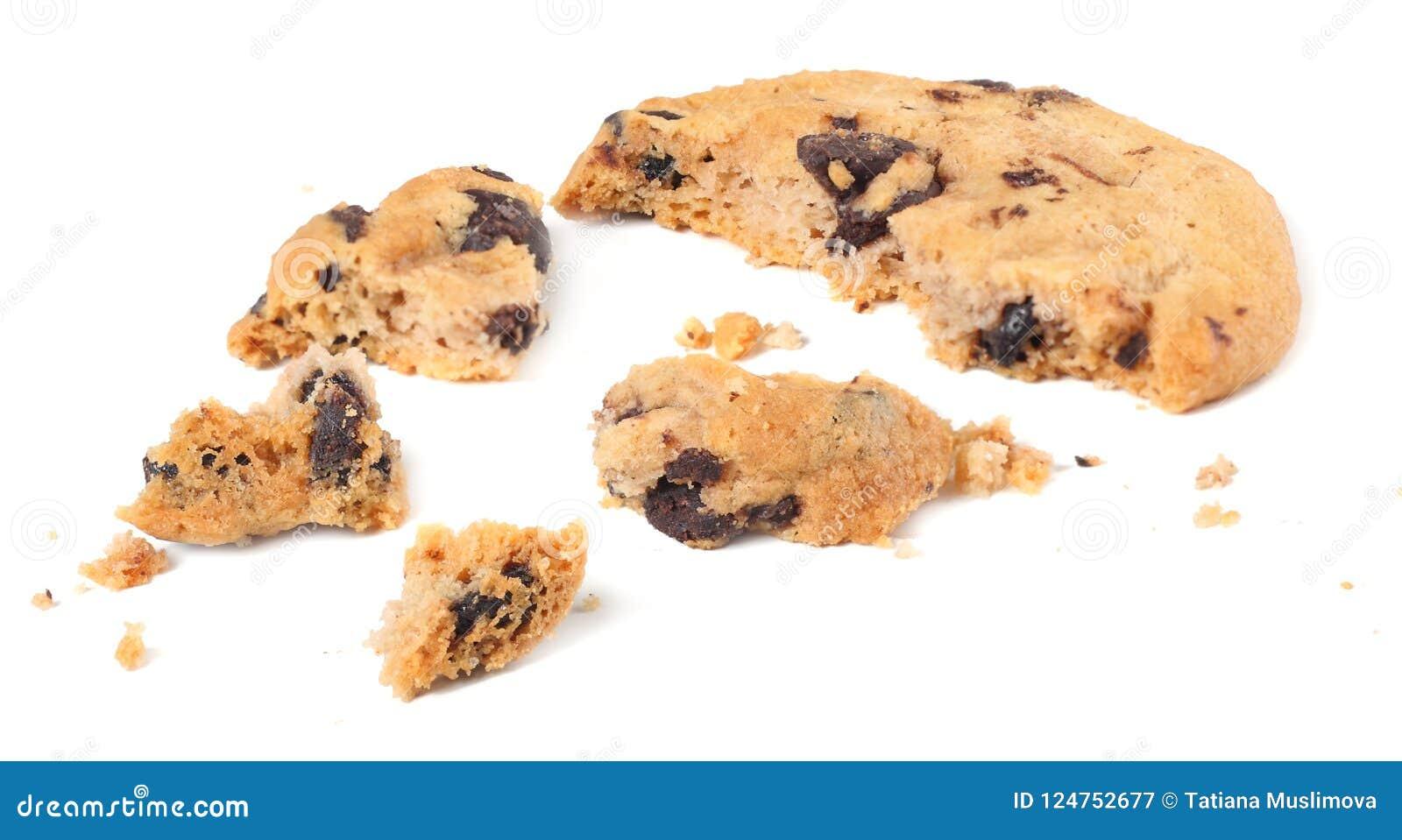 Cookies quebradas dos pedaços de chocolate isoladas no fundo branco Biscoitos doces Pastelaria caseiro