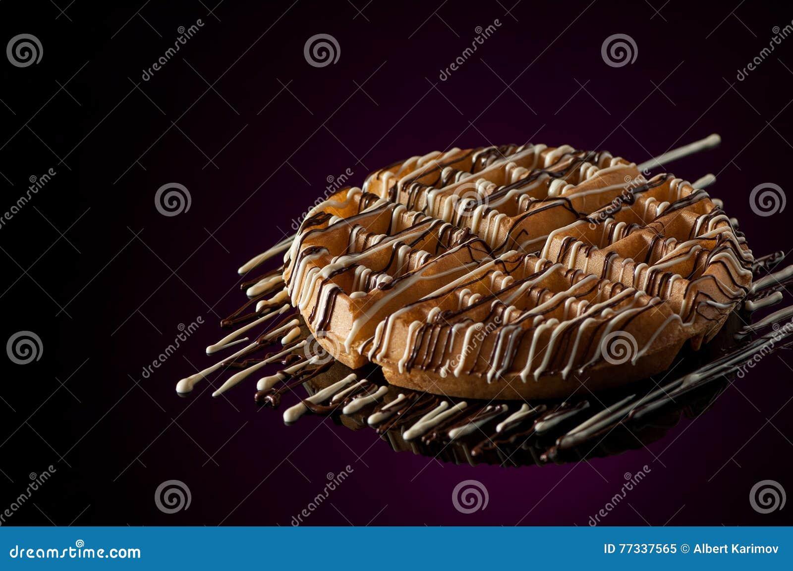 Cookies redondas em um fundo escuro