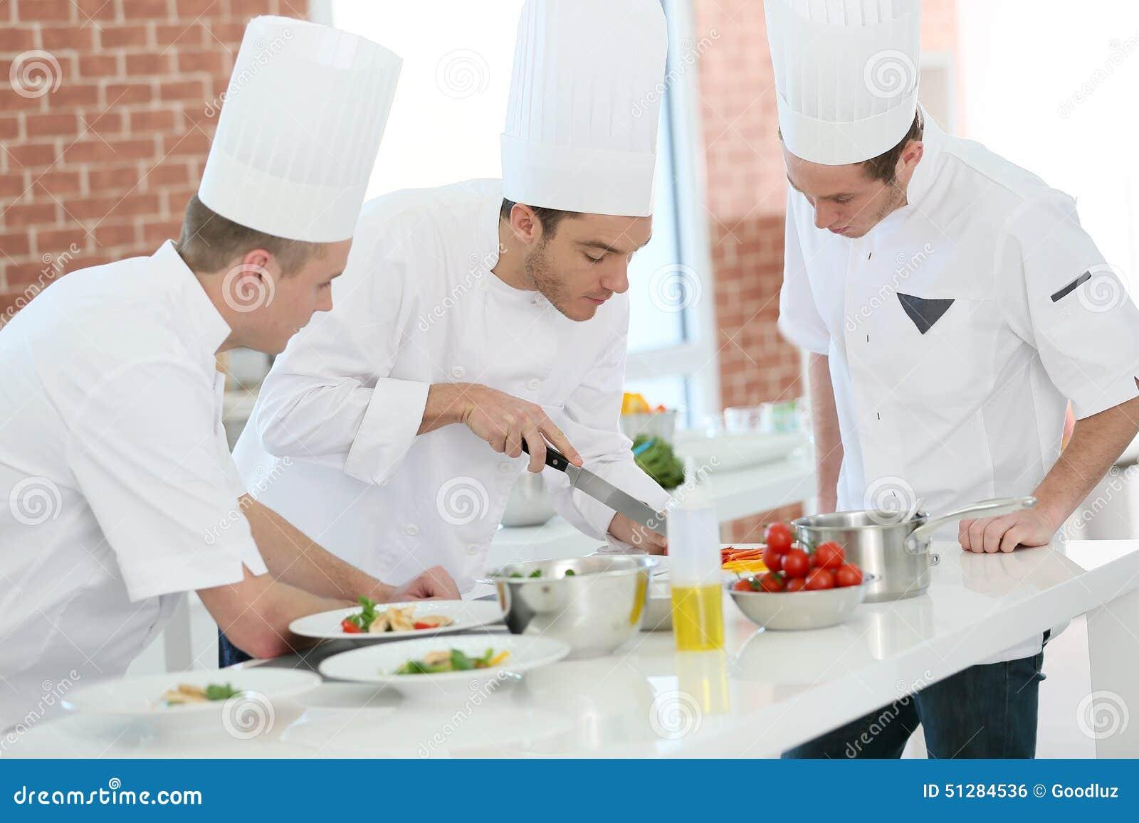 Cookin utbildning med studenter i restaurang