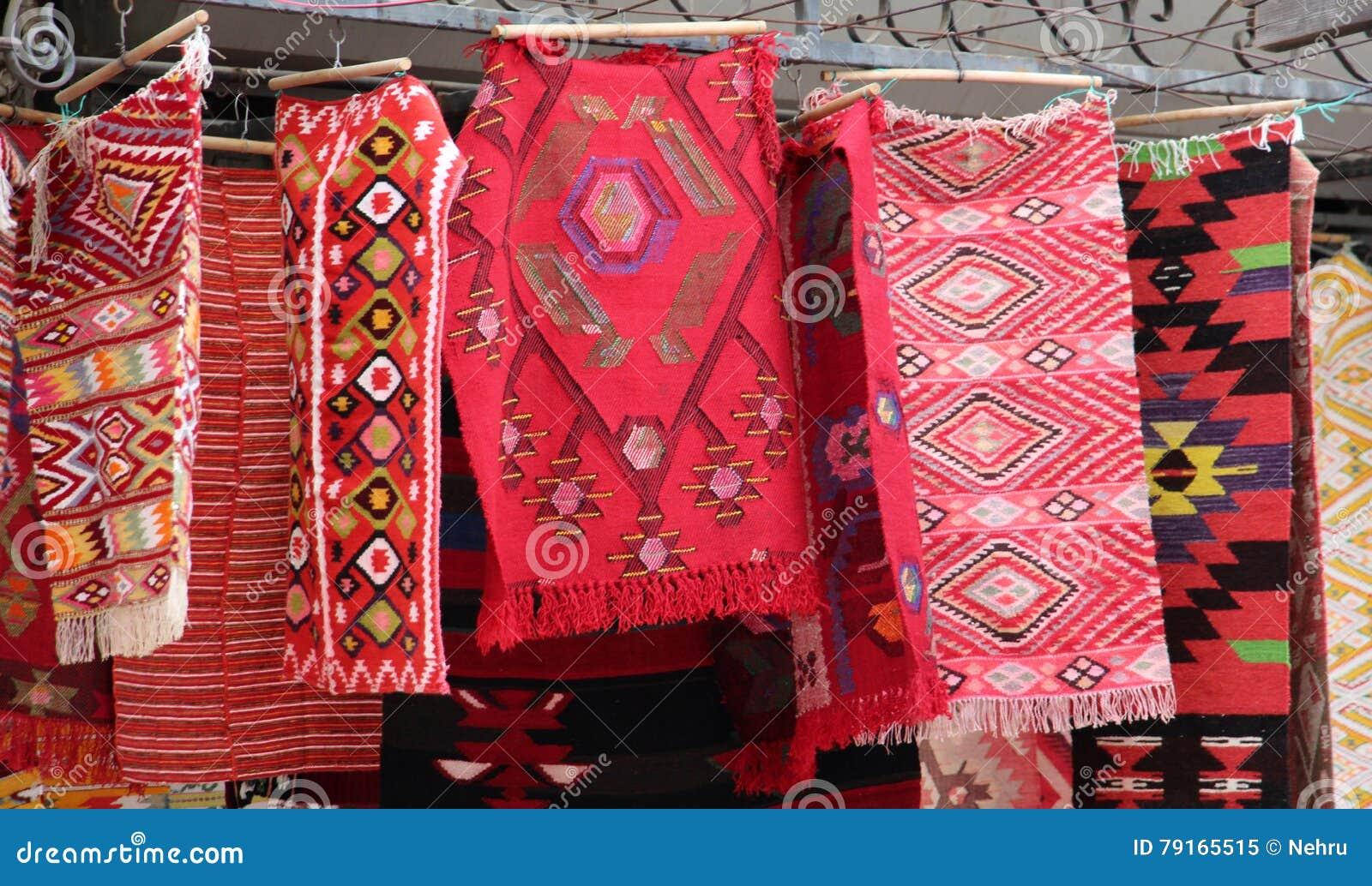 Coooful macedonian hand - gjorda traditionella woolen filtar Ordet FÄRG på kulöra räknare i skarp fokus mot gråa suddiga bokstäve
