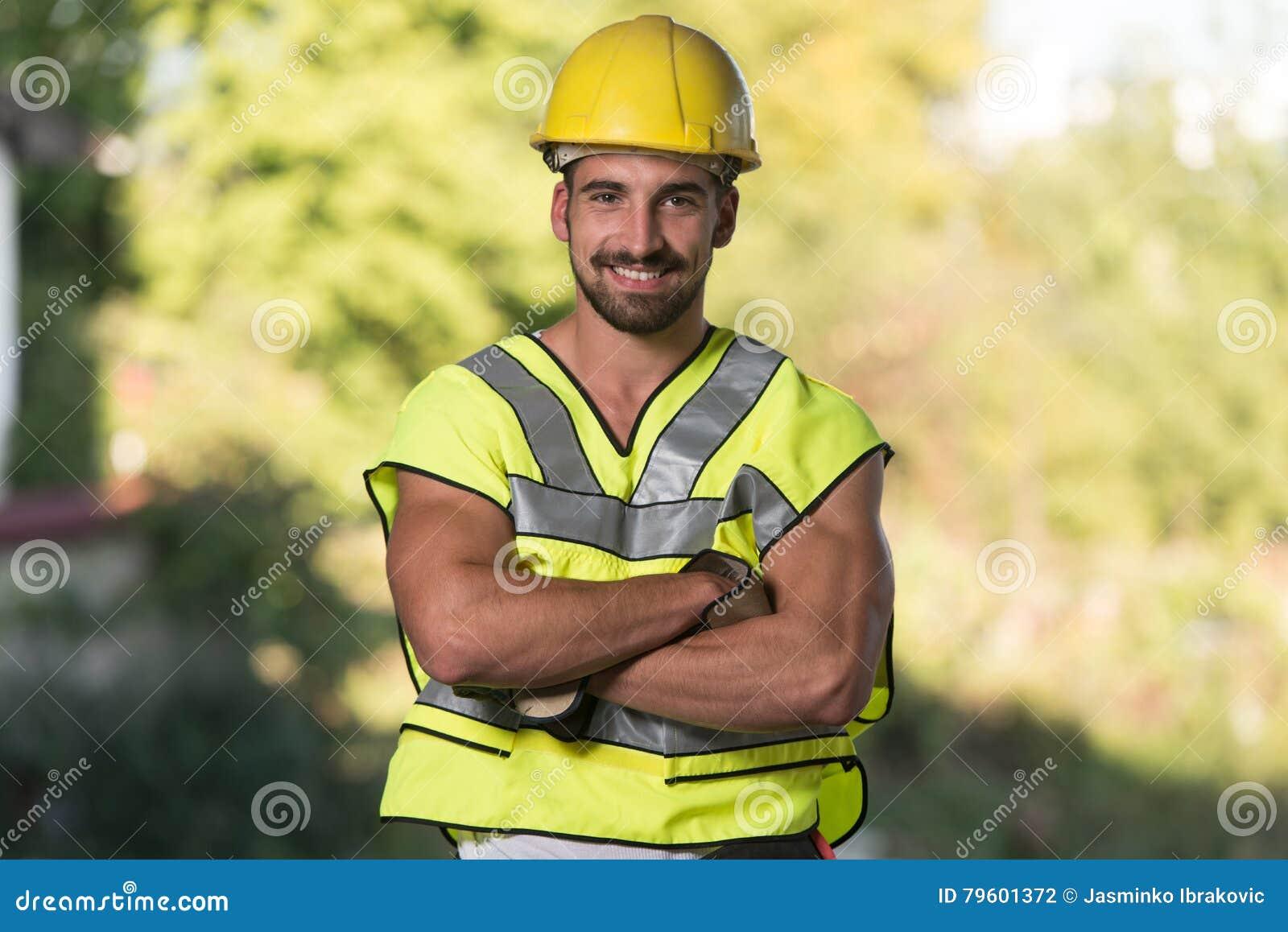 Coordenador Construction Wearing um capacete amarelo