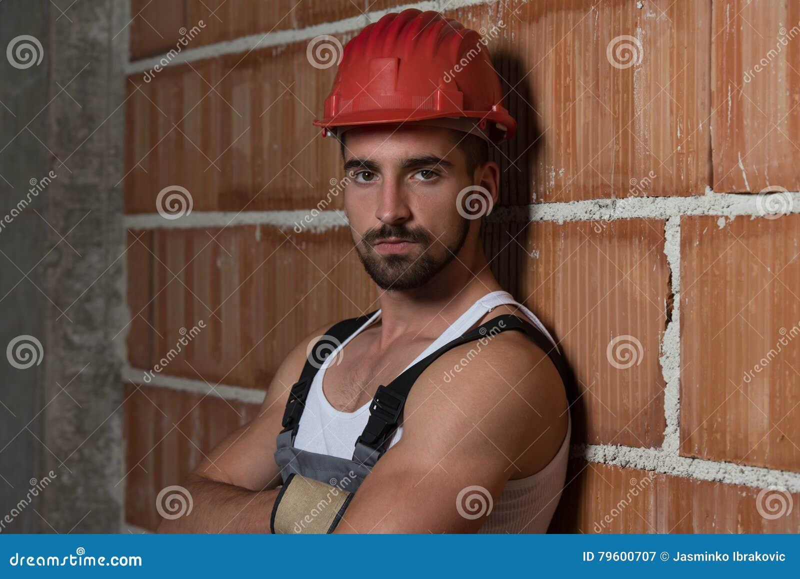 Coordenador Construction Wearing um capacete vermelho
