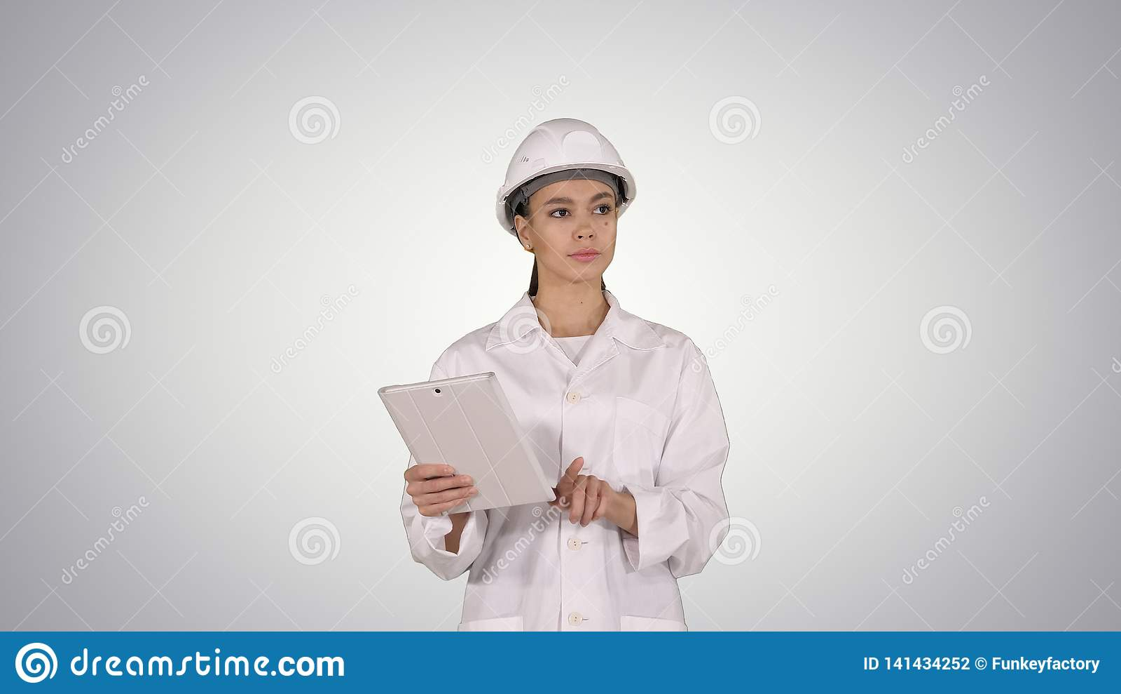 Coordenador da mulher que verifica a informação e os objetos em sua tabuleta no fundo do inclinação