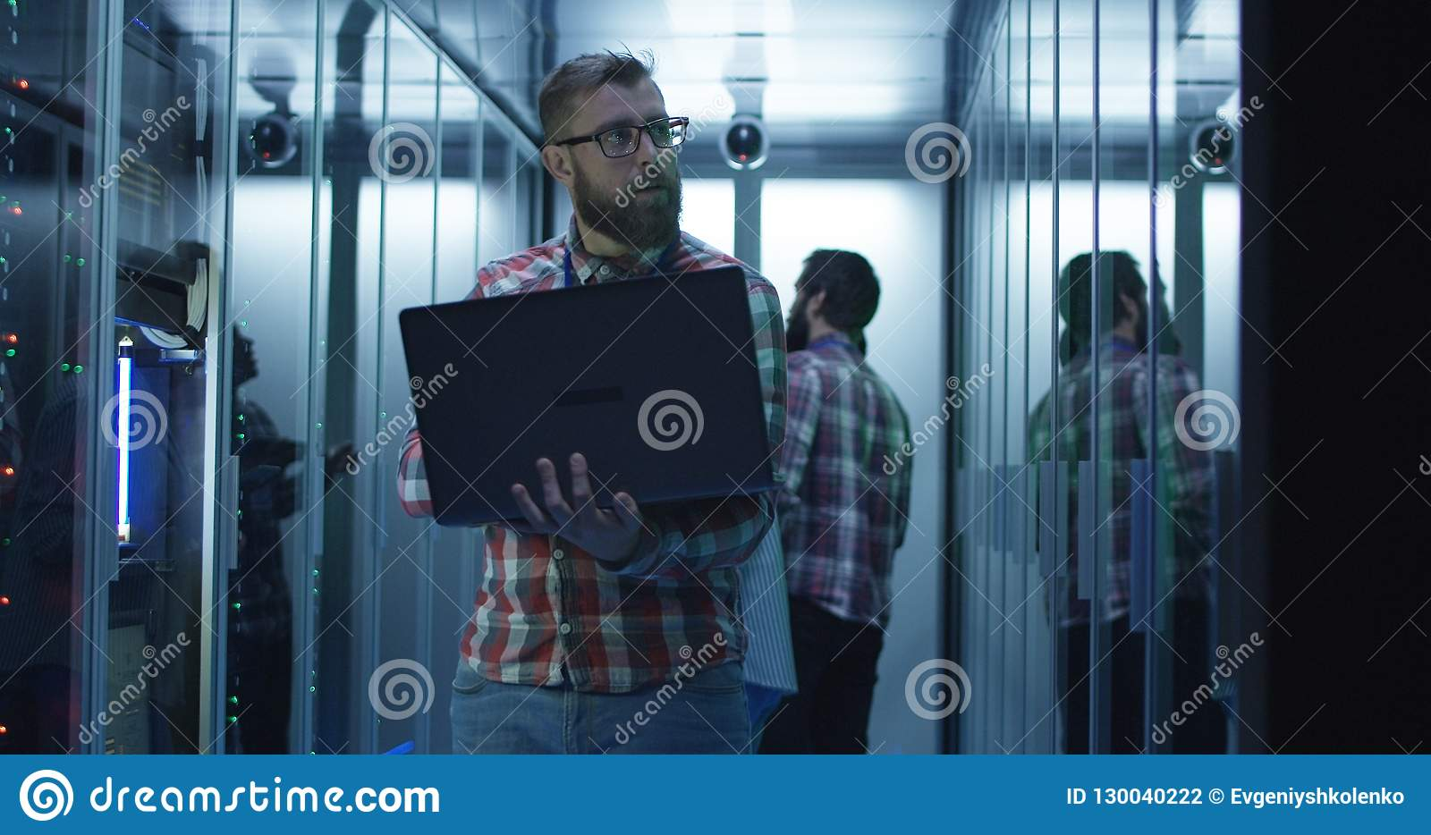 Coordenador farpado da TI que usa o portátil na sala do servidor