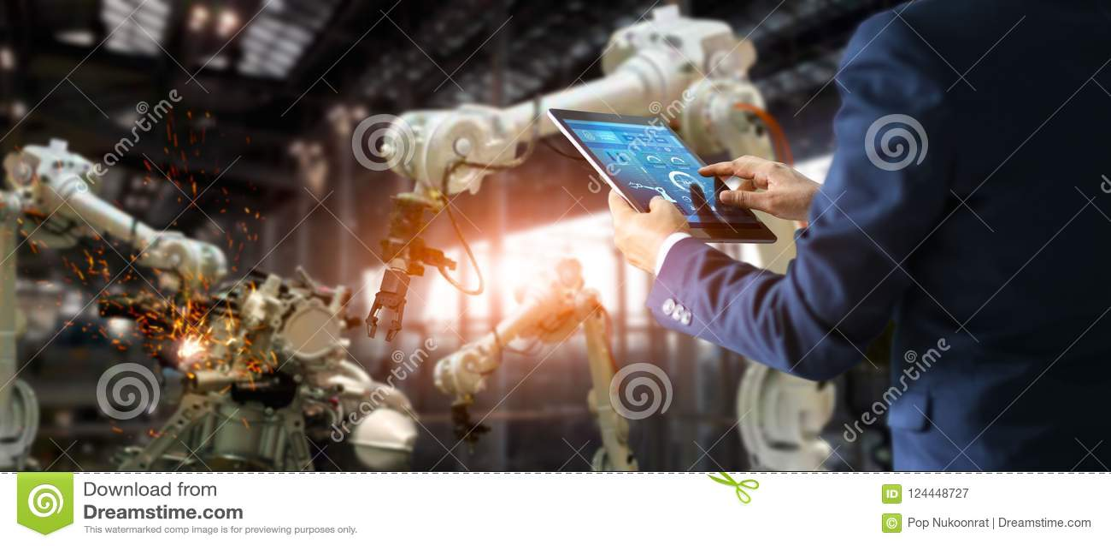 Coordenador industrial do gerente que usa a automatização de controlo da tabuleta