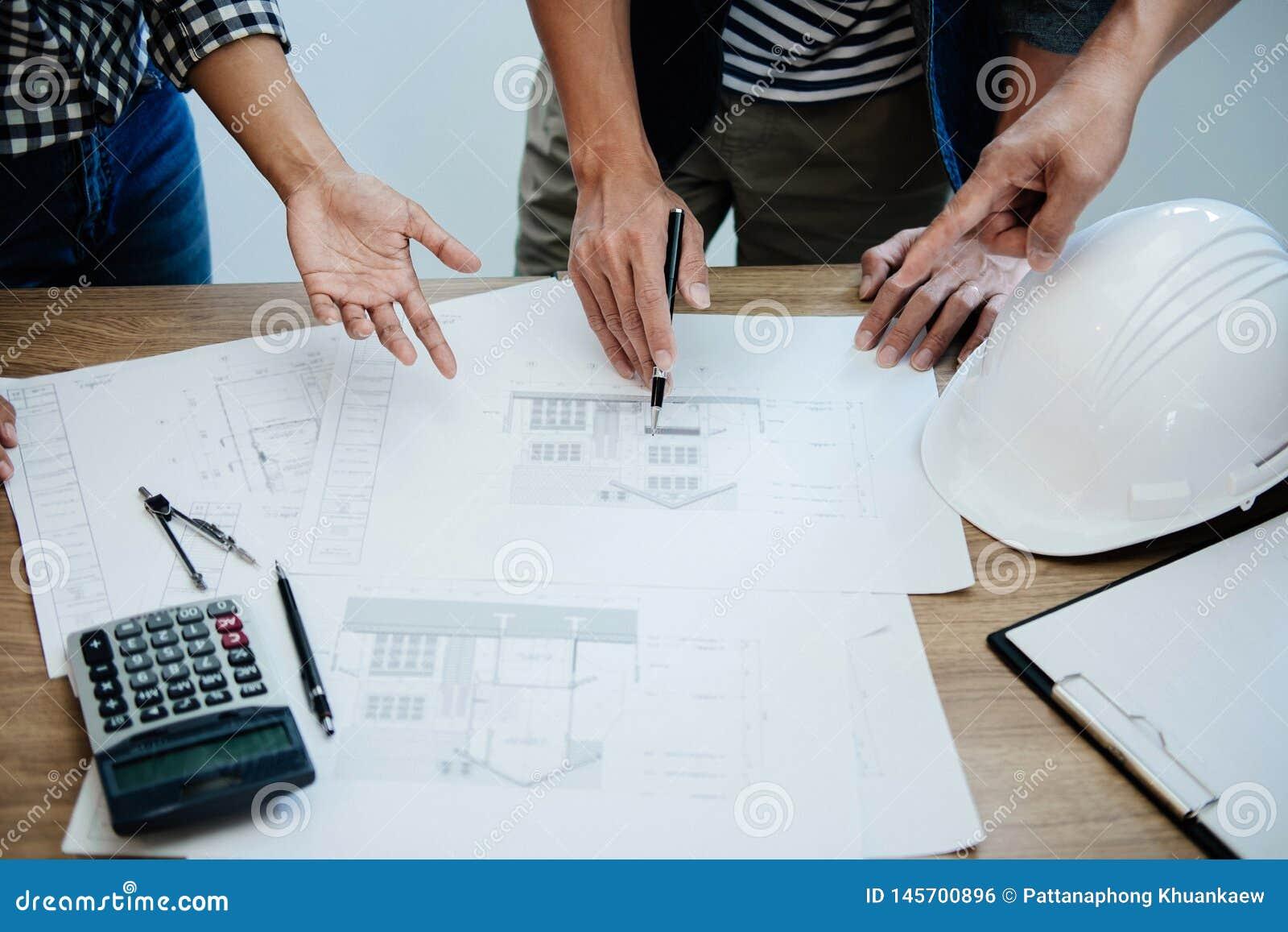 Coordenador Teamwork Meeting da arquitetura, tirando e trabalhando para ferramentas arquitet?nicas do projeto e da engenharia no