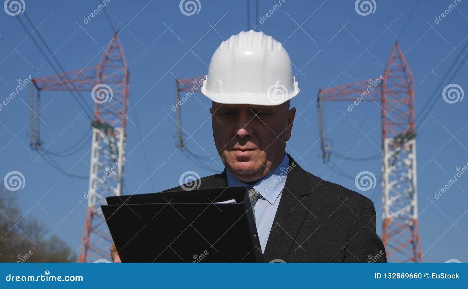 Coordenador Working no arquivo da manutenção da verificação da indústria energética