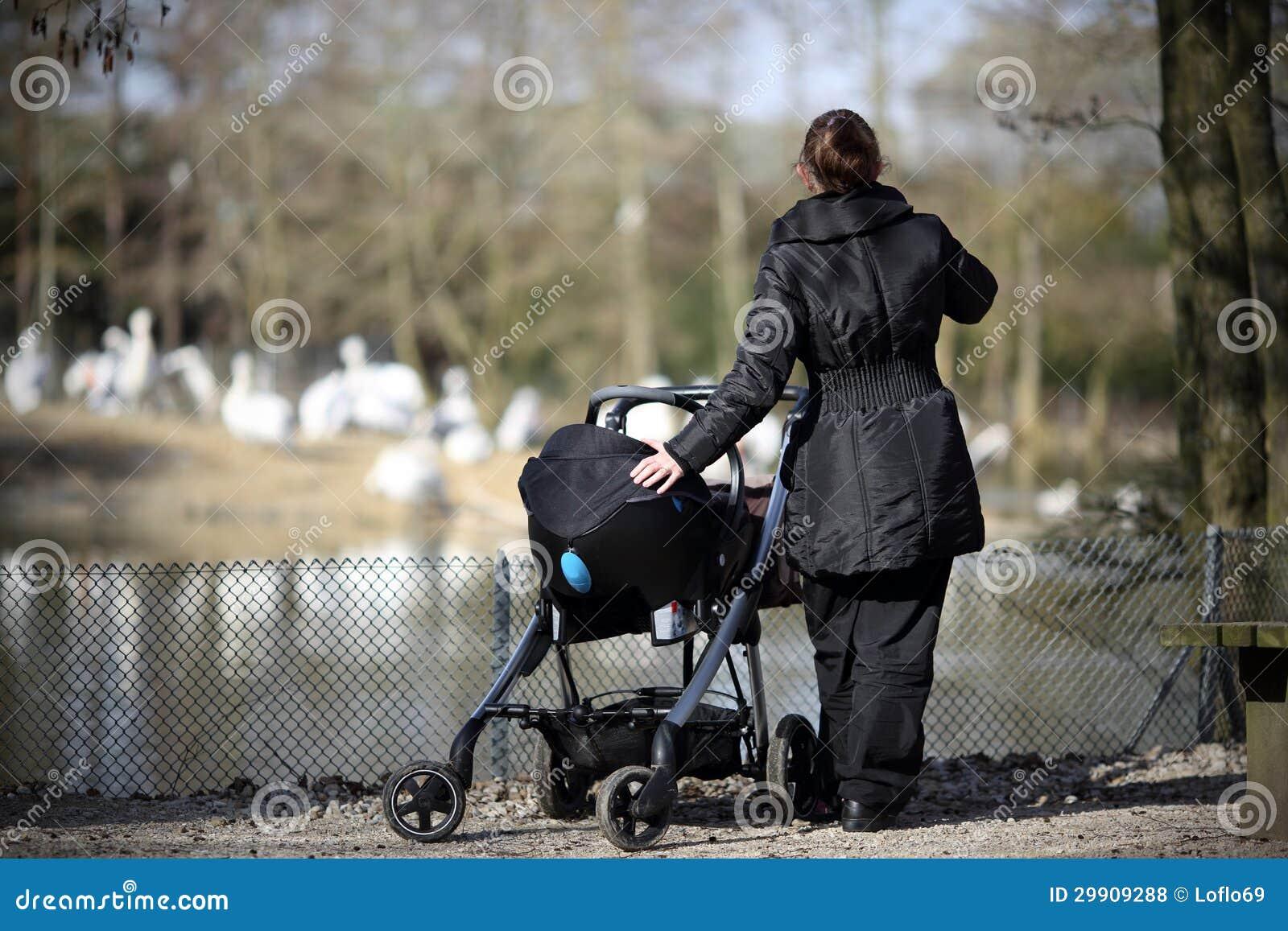 Maman et bébé au zoo