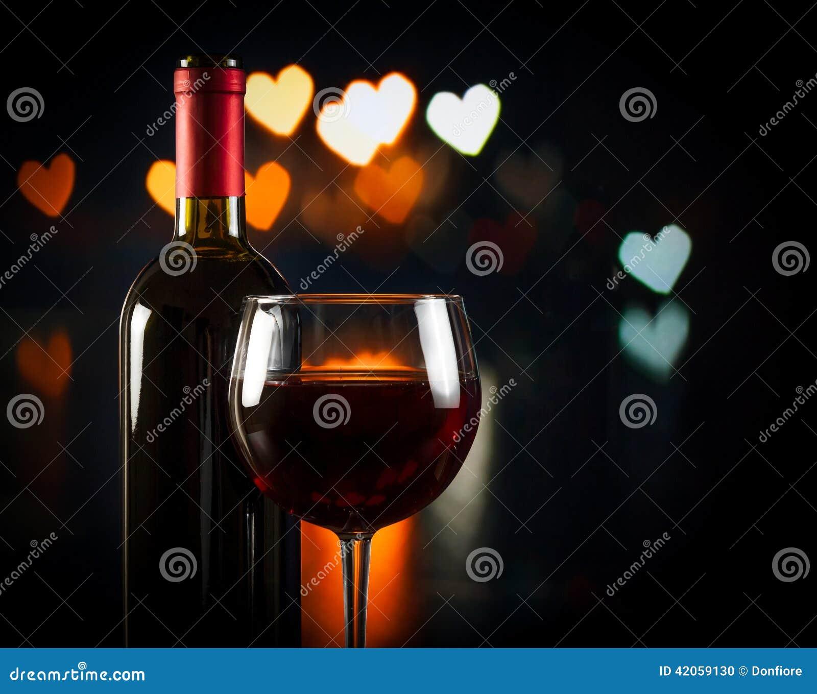Copa de vino cerca de la botella, concepto del día de tarjeta del día de San Valentín