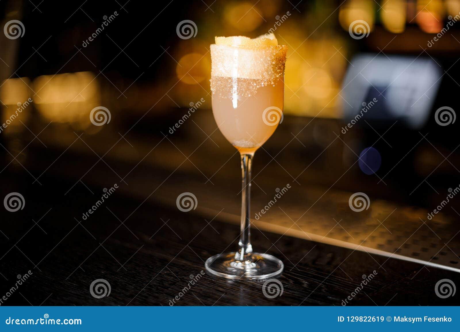 Copa de vino dulce elegante llenada del coc delicioso del crusta del brandy