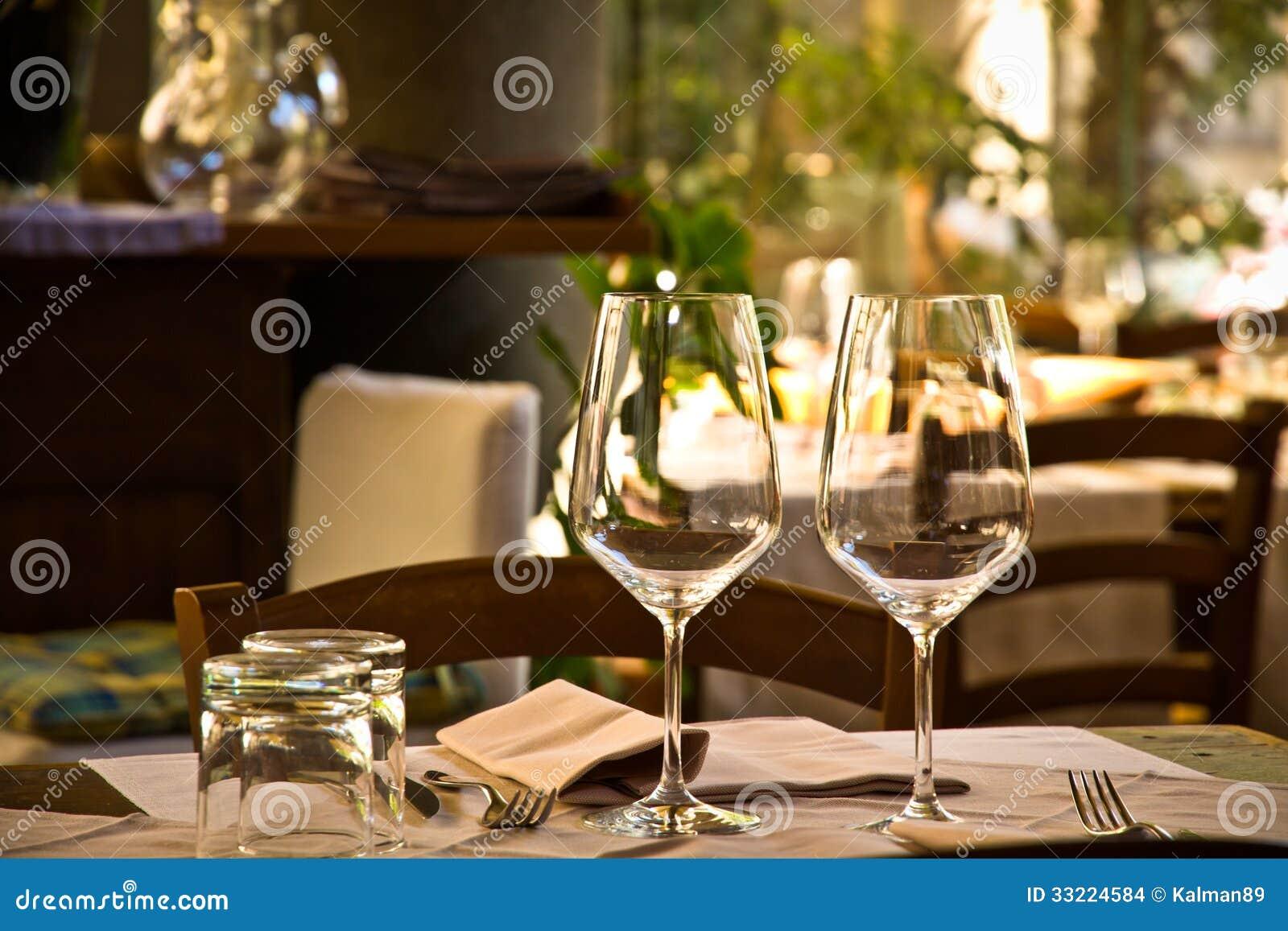 Copas de vino y ajuste de la tabla en restaurante