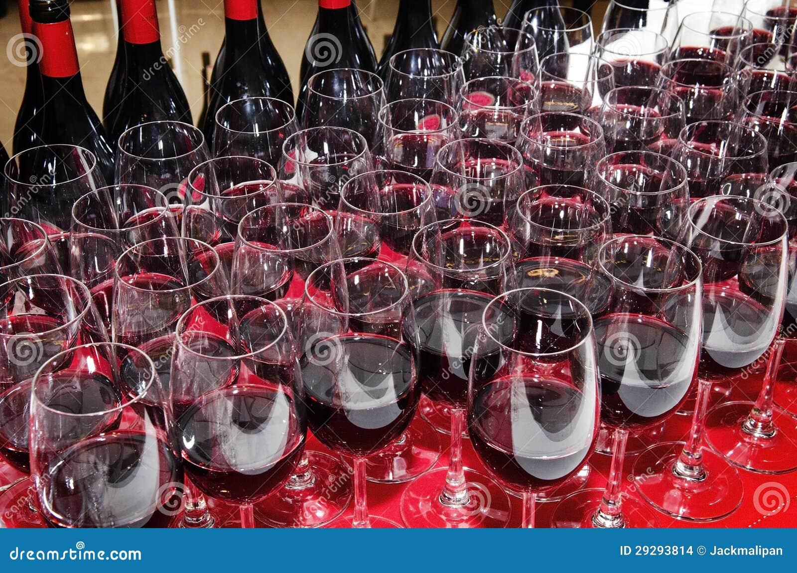 Copas de vino y botellas rojas
