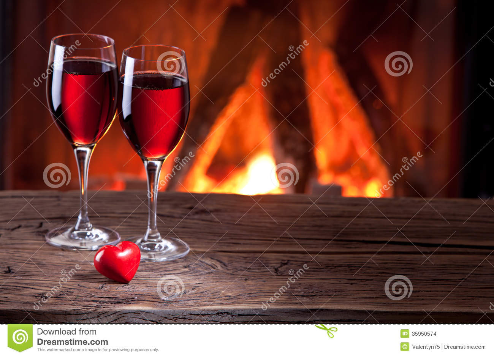 Copas de vino y un corazón.