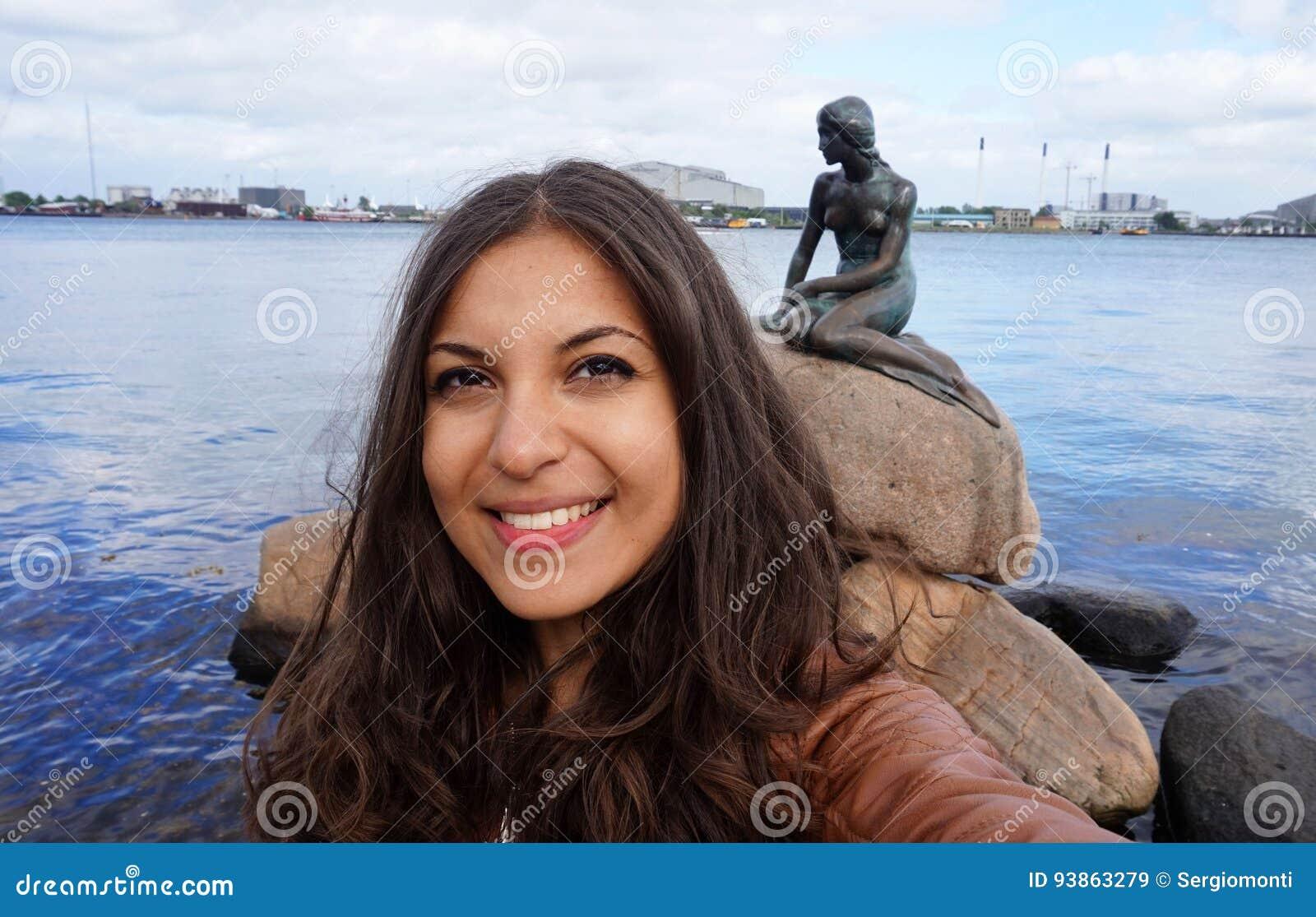 COPENHAGUE, DANEMARK - 31 MAI 2017 : fille de touristes prenant la photo de selfie avec la statue en bronze de la petite sirène