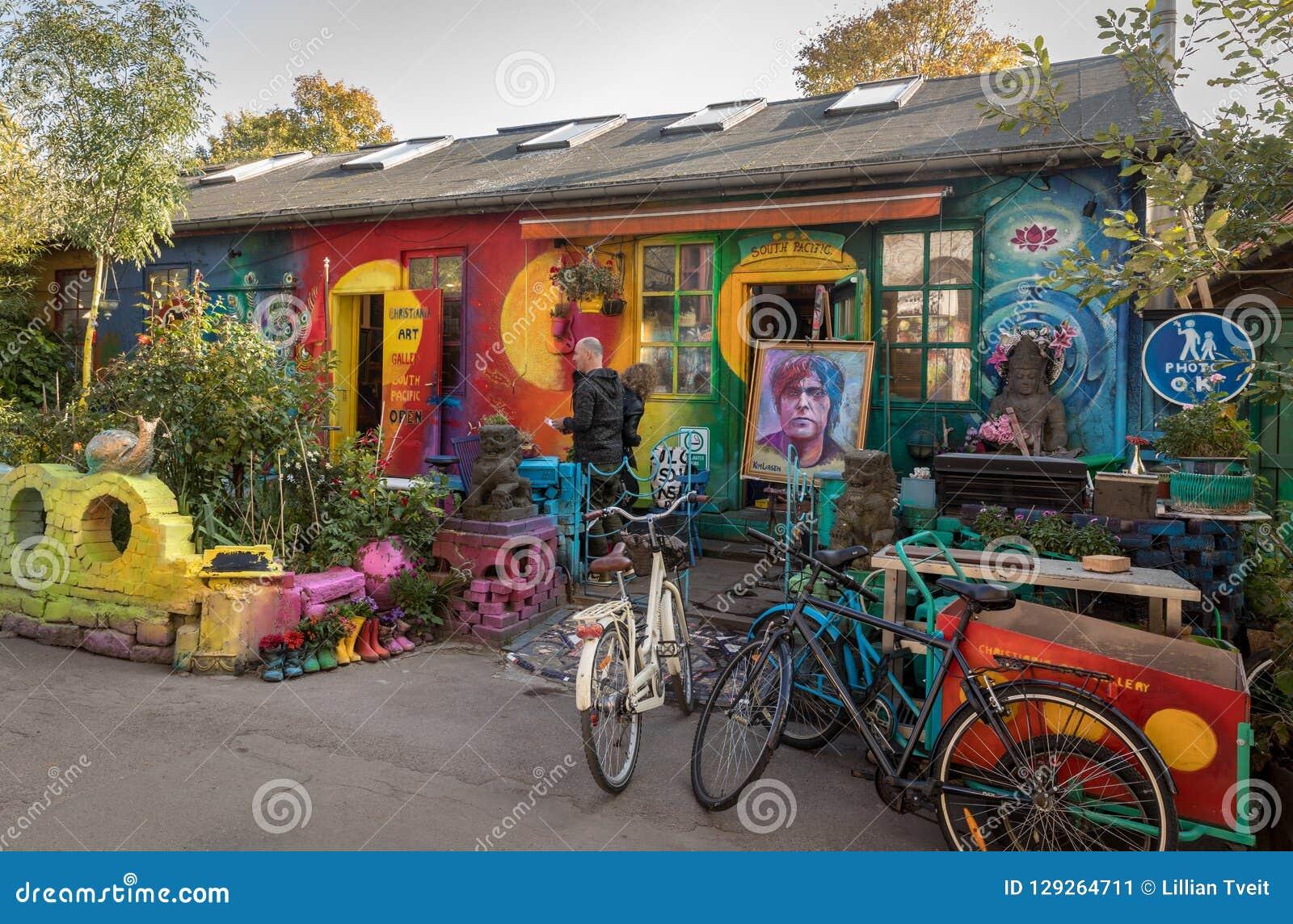 COPENHAGUE, DANEMARK - octobre 2018 : Petite, colorée boutique d art à Freetown Christiania, un autonome auto proclamé