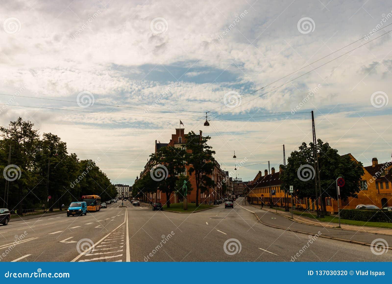 Copenhague, Dinamarca - 2019 Calles famosas con los edificios coloridos en el viejo centro histórico de Copenhague dinamarca