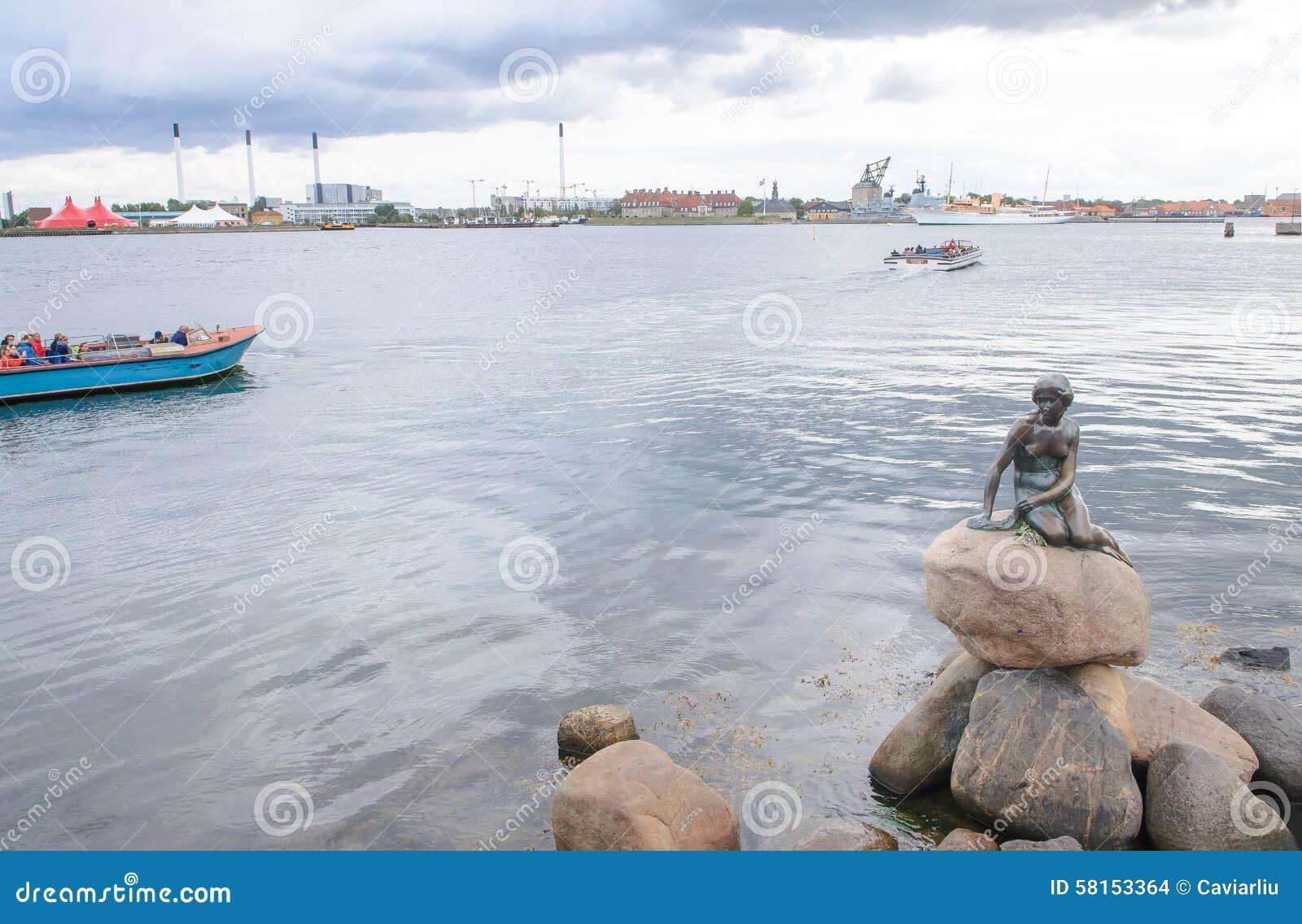 Copenhague, Dinamarca - 25 de agosto de 2014 - el monumento de la estatua del bronce de little mermaid de Edvard Eriksen Esto exh