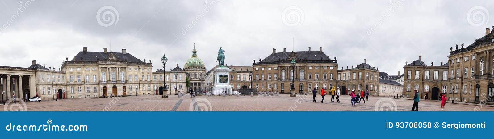 COPENHAGUE, DINAMARCA - 31 DE MAYO DE 2017: Cuadrado de Amalienborg Slotsplads con una estatua ecuestre monumental del fundador d