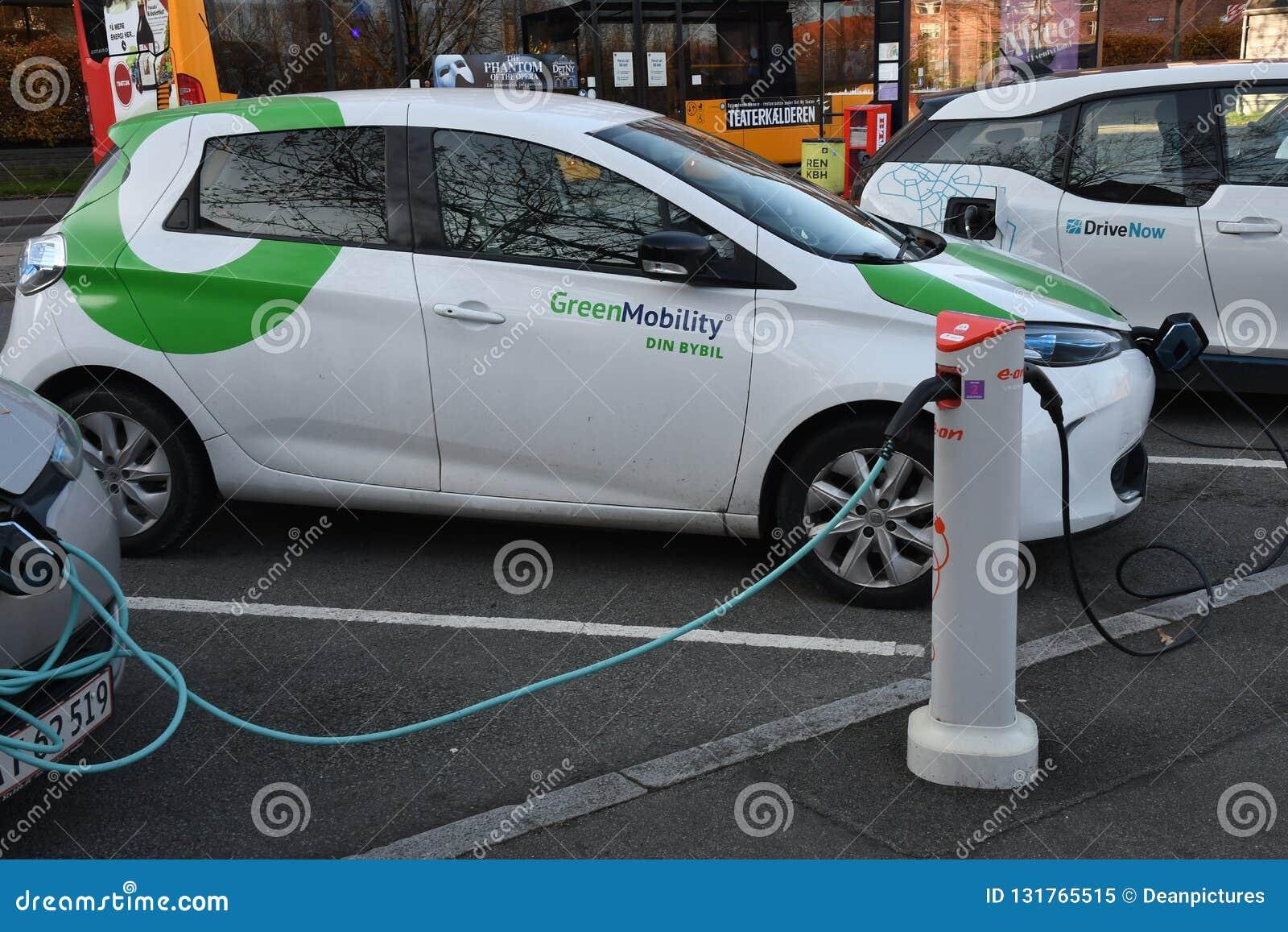Copenhague/Dinamarca 16 En noviembre de 2018 Coche eléctrico alemán de BMW y coches eléctricos franceses de Renault ZOE en el pun