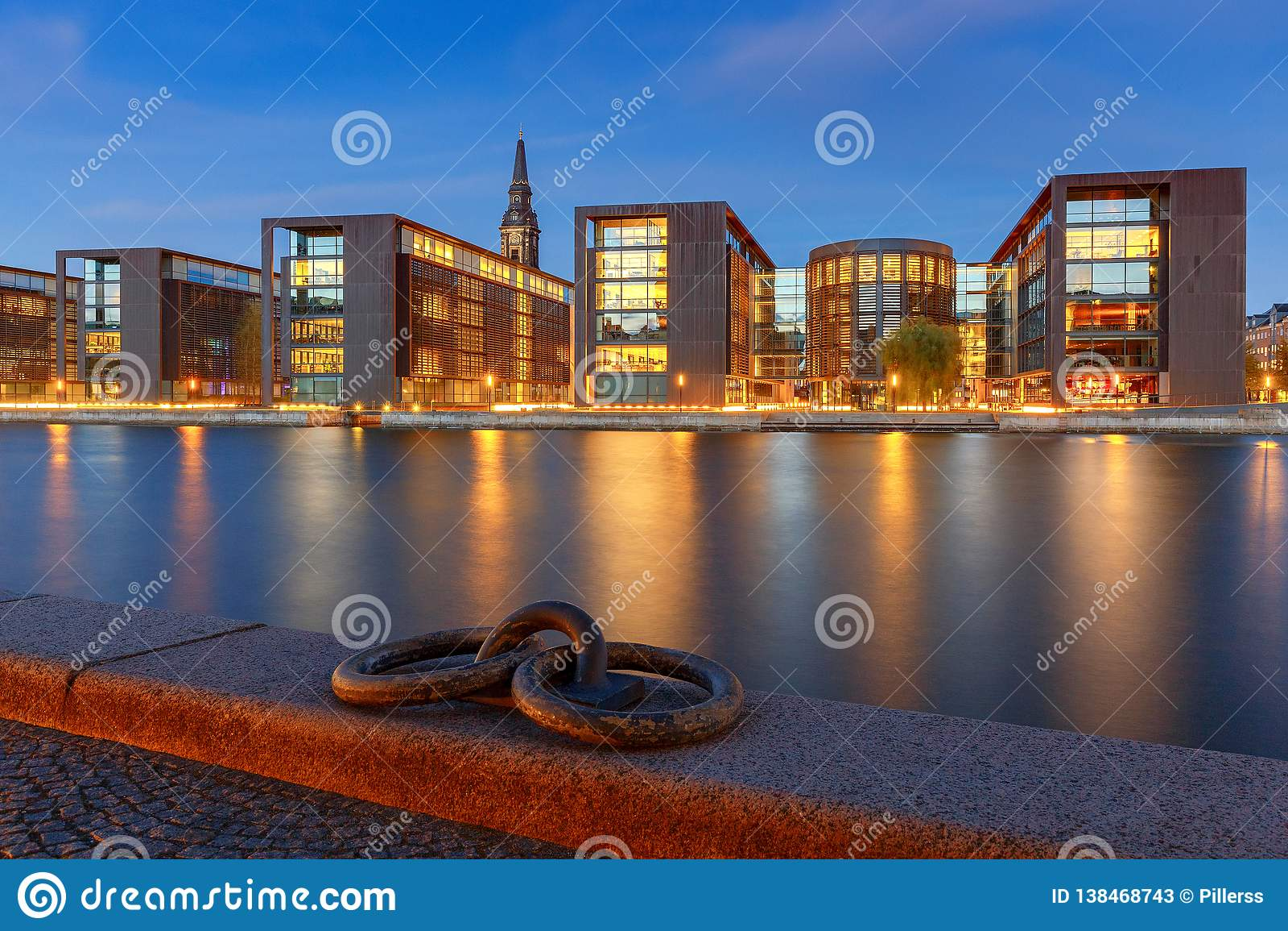 Copenhague Terraplén de la ciudad en la puesta del sol