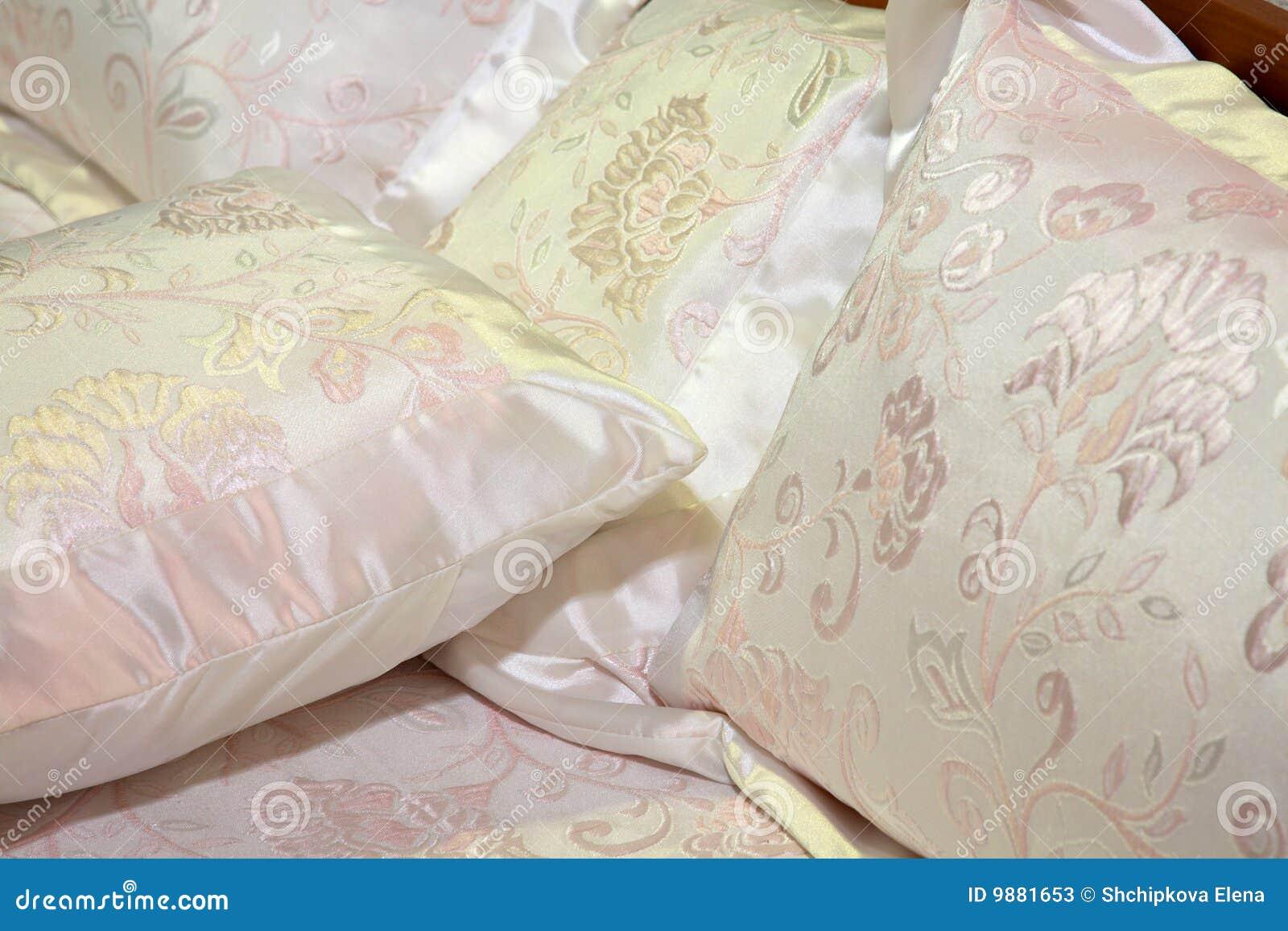 Coperte da letto di seta fotografie stock immagine 9881653 - Coperte da letto ...