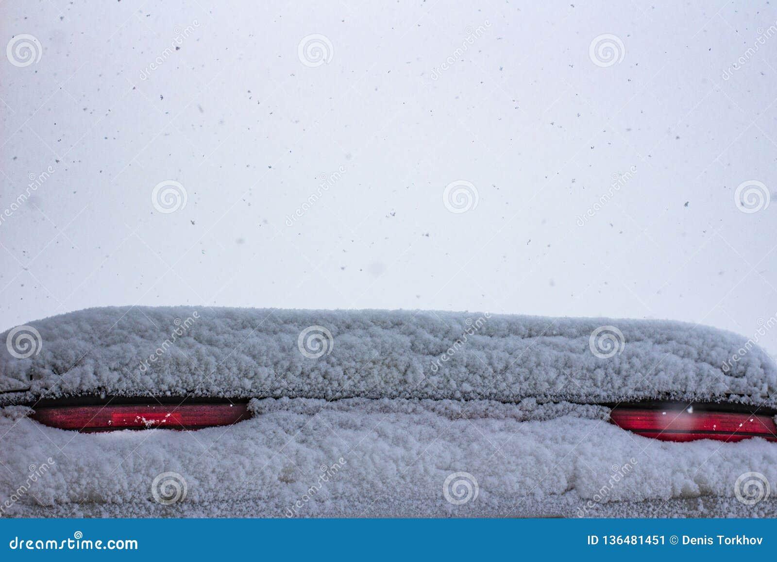 Coperto di segnali di arresto della neve un automobile sportiva