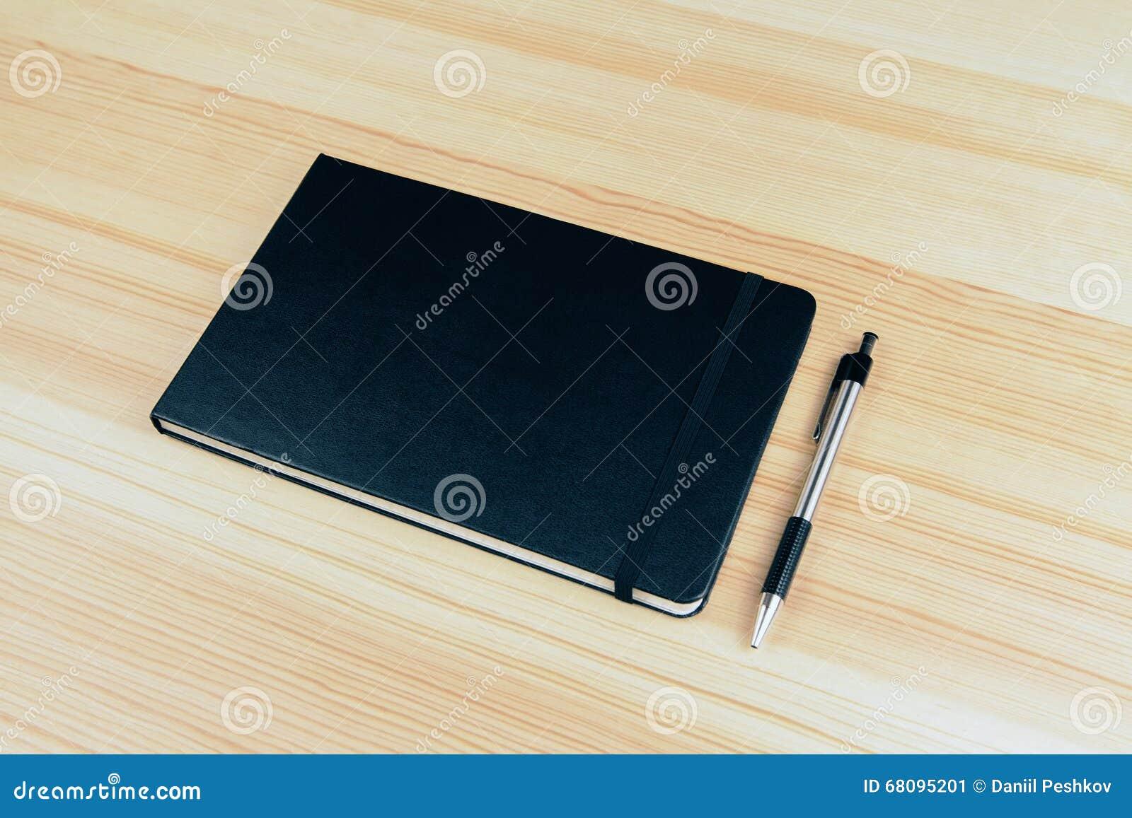 Copertura In Legno Bianco : Copertura in bianco del taccuino con la penna sulla tavola di legno