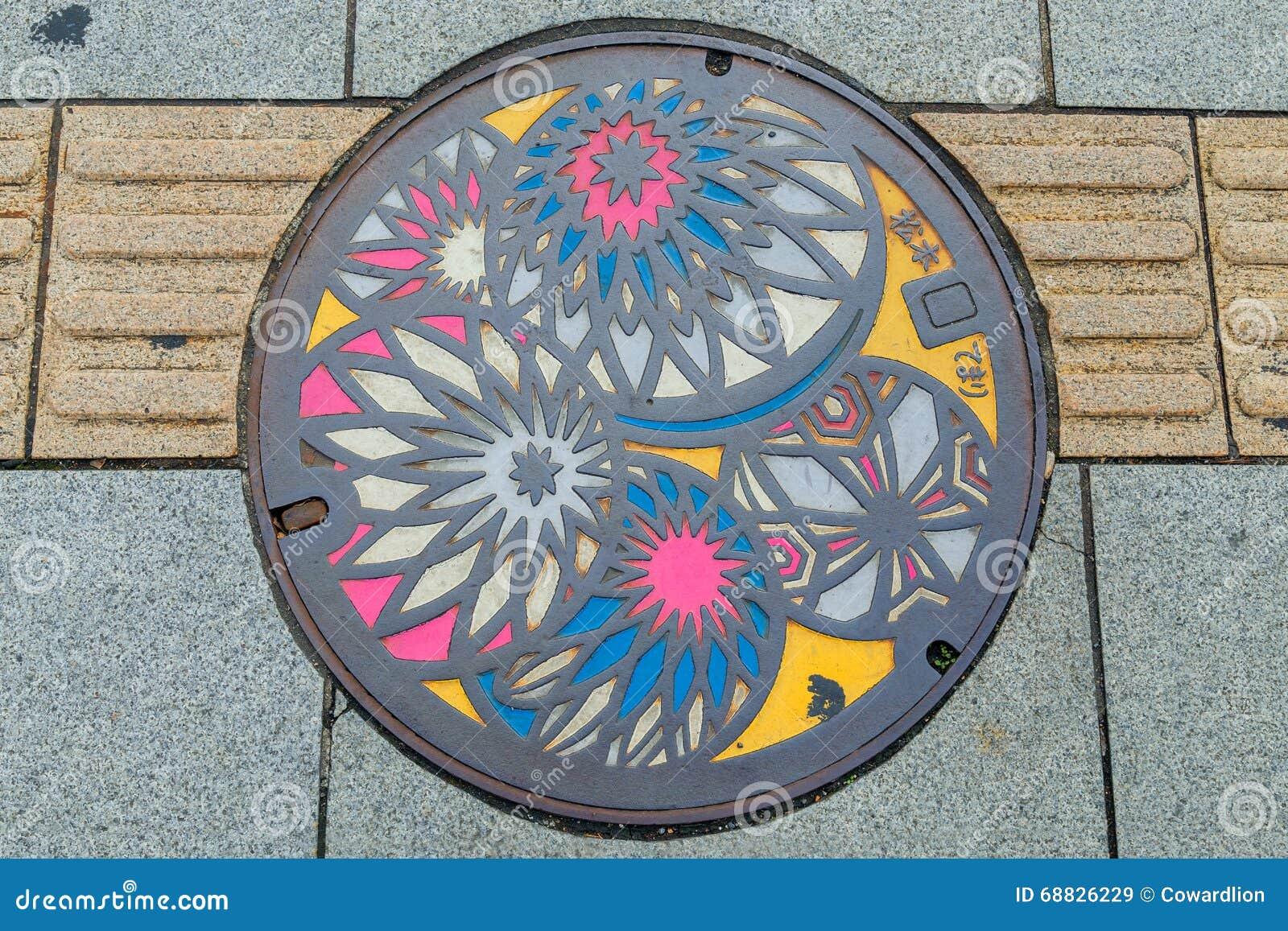 Copertura di botola variopinta nella città di Matsumoto